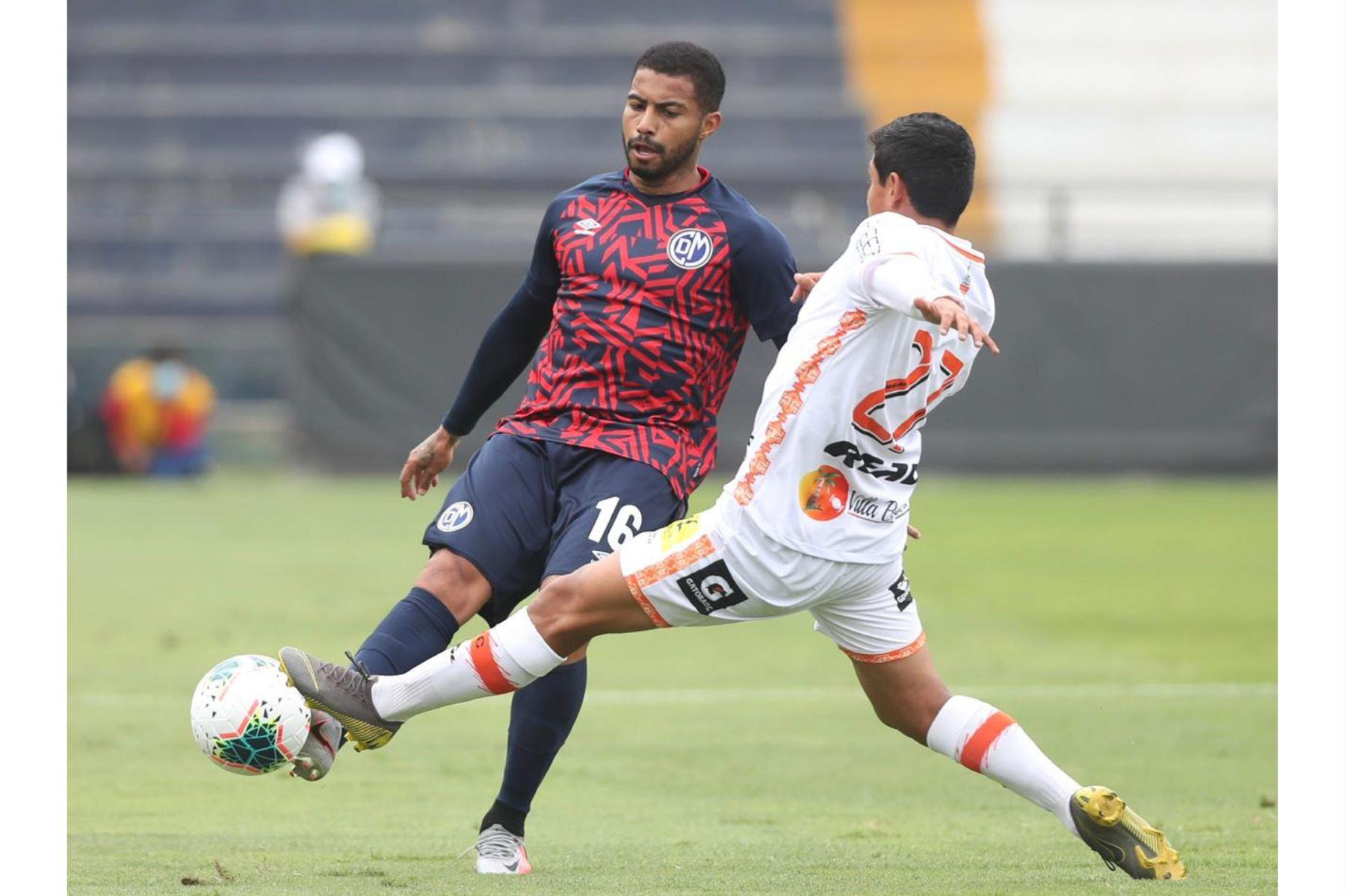 El futbolista Y. Córdoba del Deportivo Municipal disputa el balón contra su rival P. Casique de Ayacucho FC durante la jornada 11 de la Liga1. de Foto: @LigaFutProf