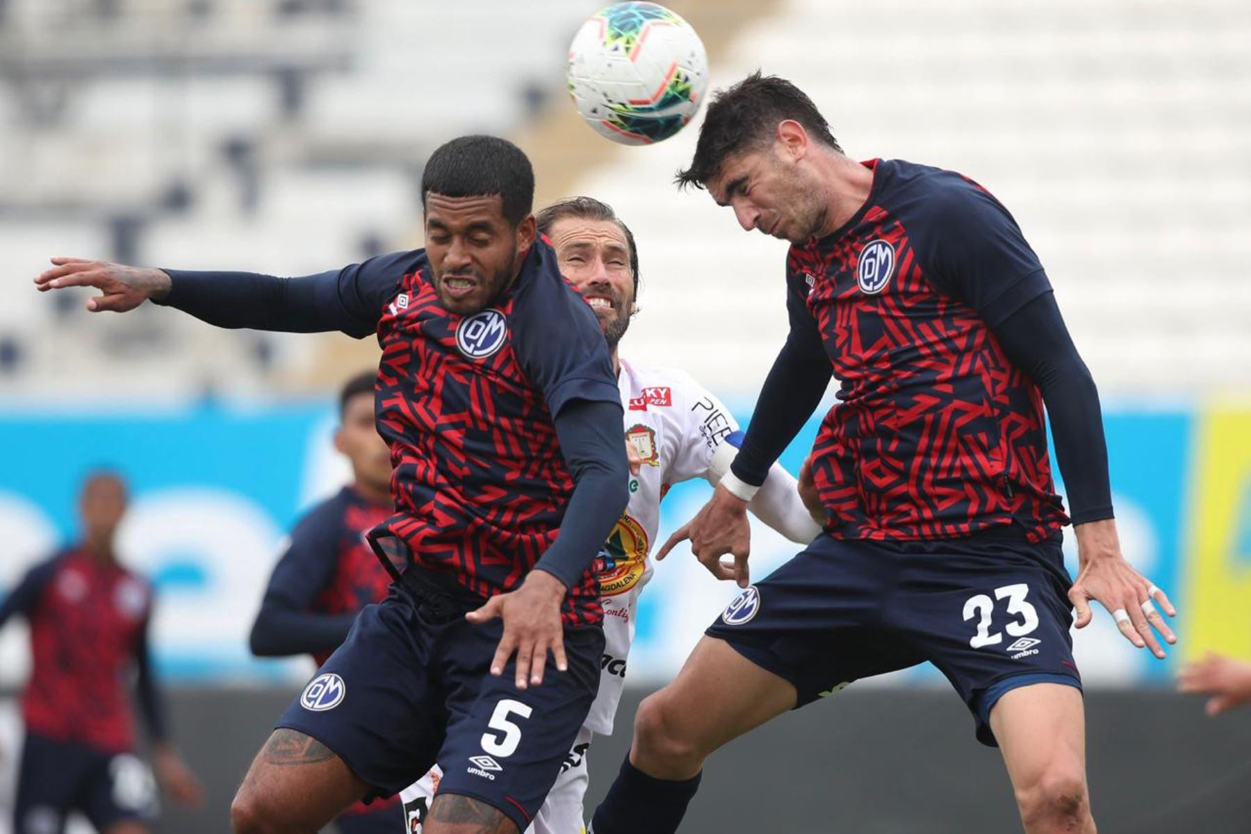 Los futbolistas Diaz y Alfaní  del Deportivo Municipal disputan el balón contra su riva Ayacucho FC durante la jornada 11 de la Liga1.  Foto: @LigaFutProf