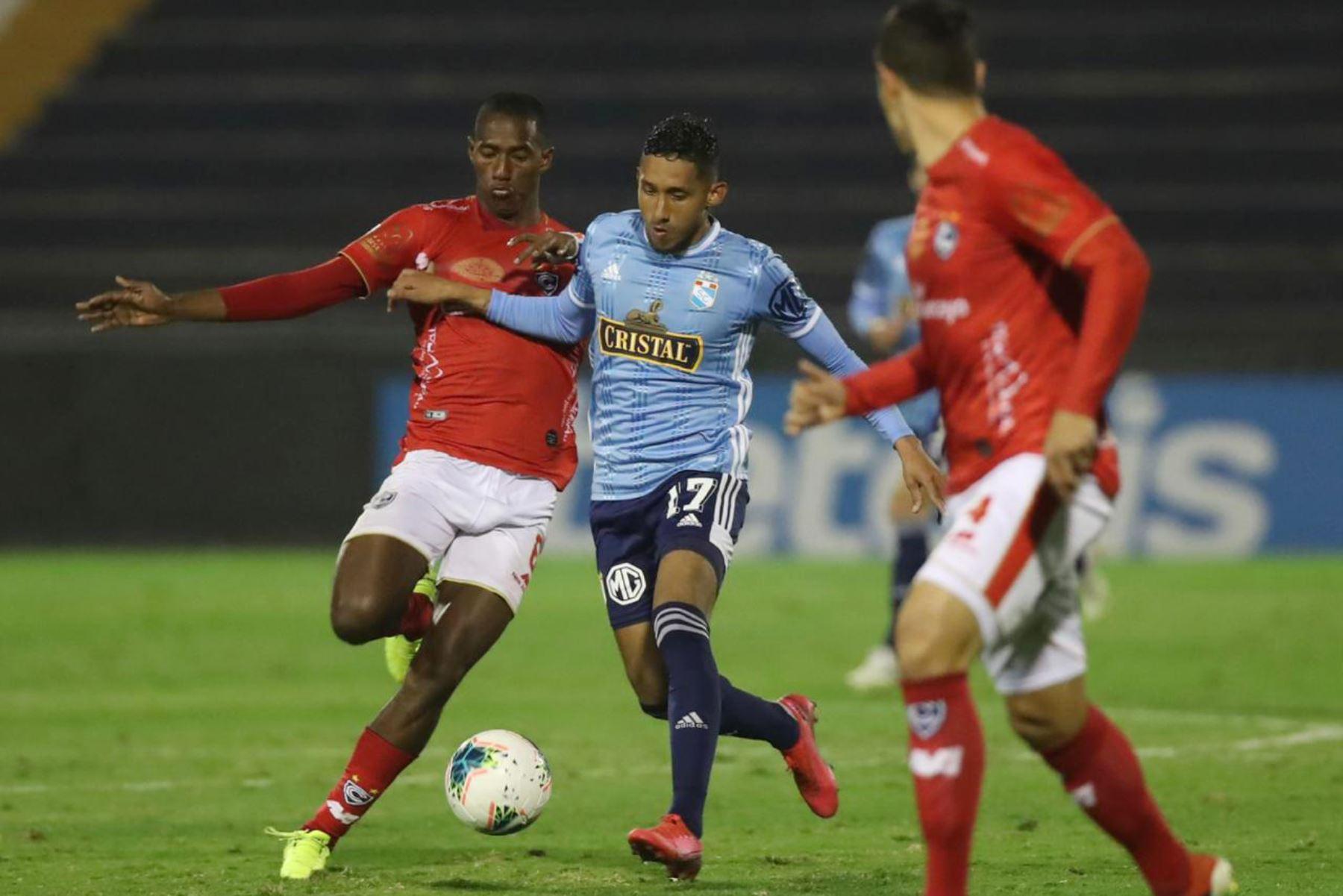 El futbolista  C. Gonzales   Sporting Cristal  disputa el balón ante el jugador de Cienciano  por la jornada 11 de la Liga 1 que se disputa en el estadio Alejandro Villanueva. Foto: @LigaFutProf