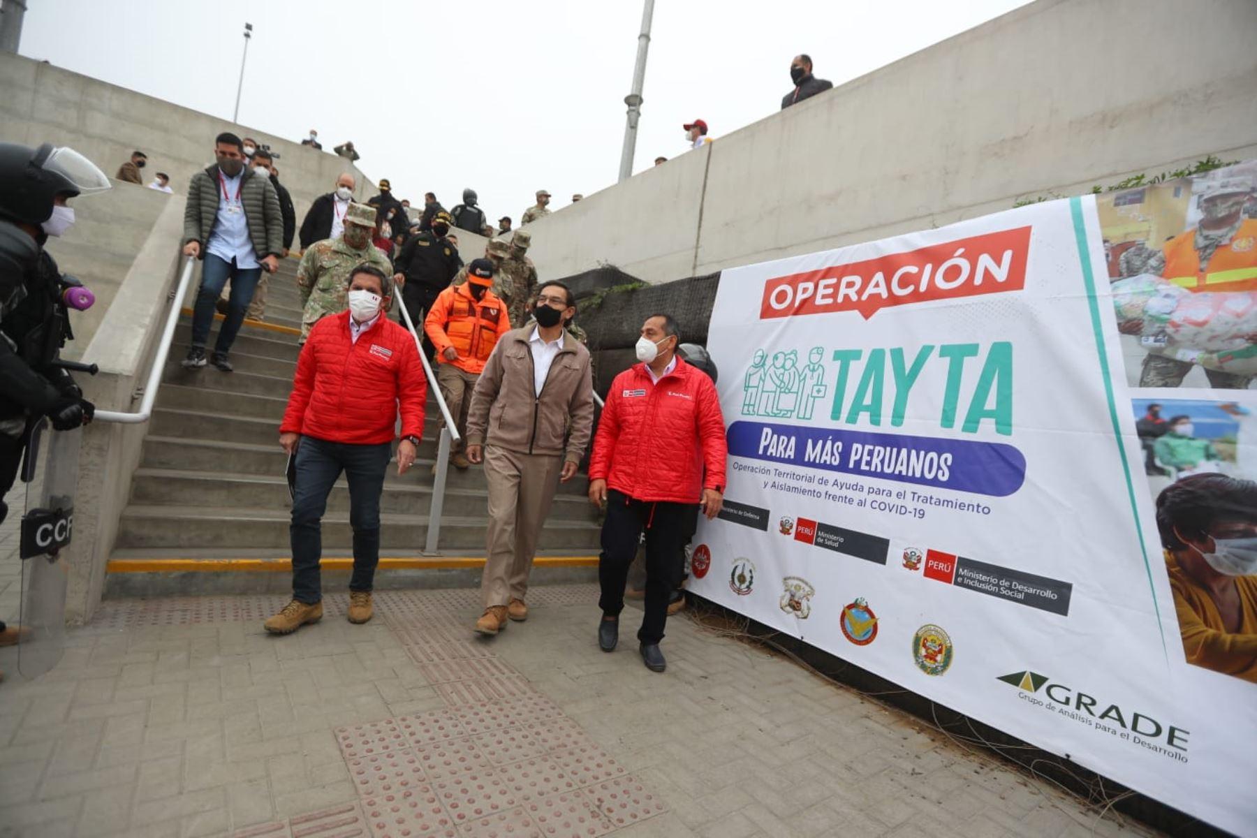 El presidente de la República, Martín Vizcarra, acompañado por los titulares de Defensa, Interior, y Salud, y del Jefe del Comando Conjunto de las Fuerzas Armadas, supervisa en Villa Maria del Triunfo la Megaoperación Tayta. Foto: ANDINA/ Prensa Presidencia
