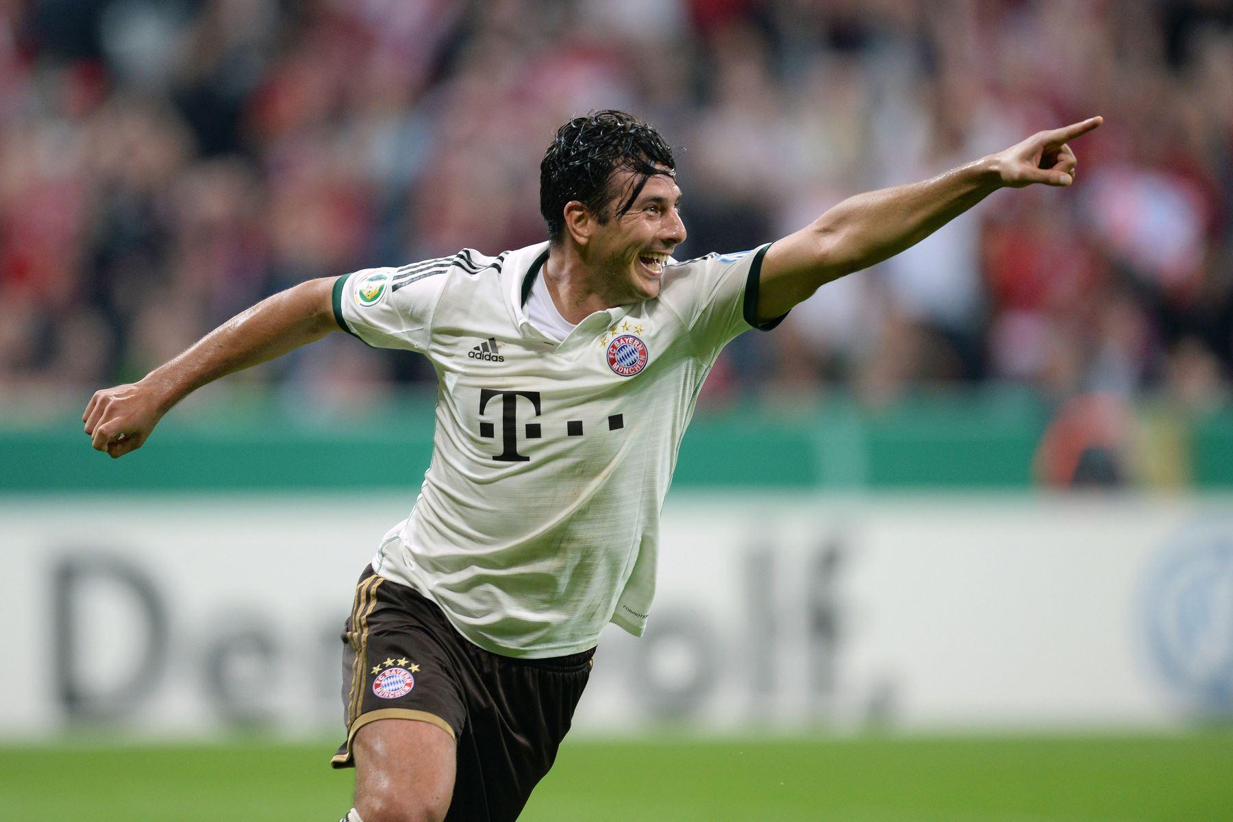 El delantero peruano del Bayern Munich, Claudio Pizarro, celebra tras anotar el segundo gol durante el partido de fútbol de la segunda ronda de la Copa de Alemania. FC Bayern Munich vs Hannover 96, el 25 de septiembre de 2013, en Munich. Foto: AFP