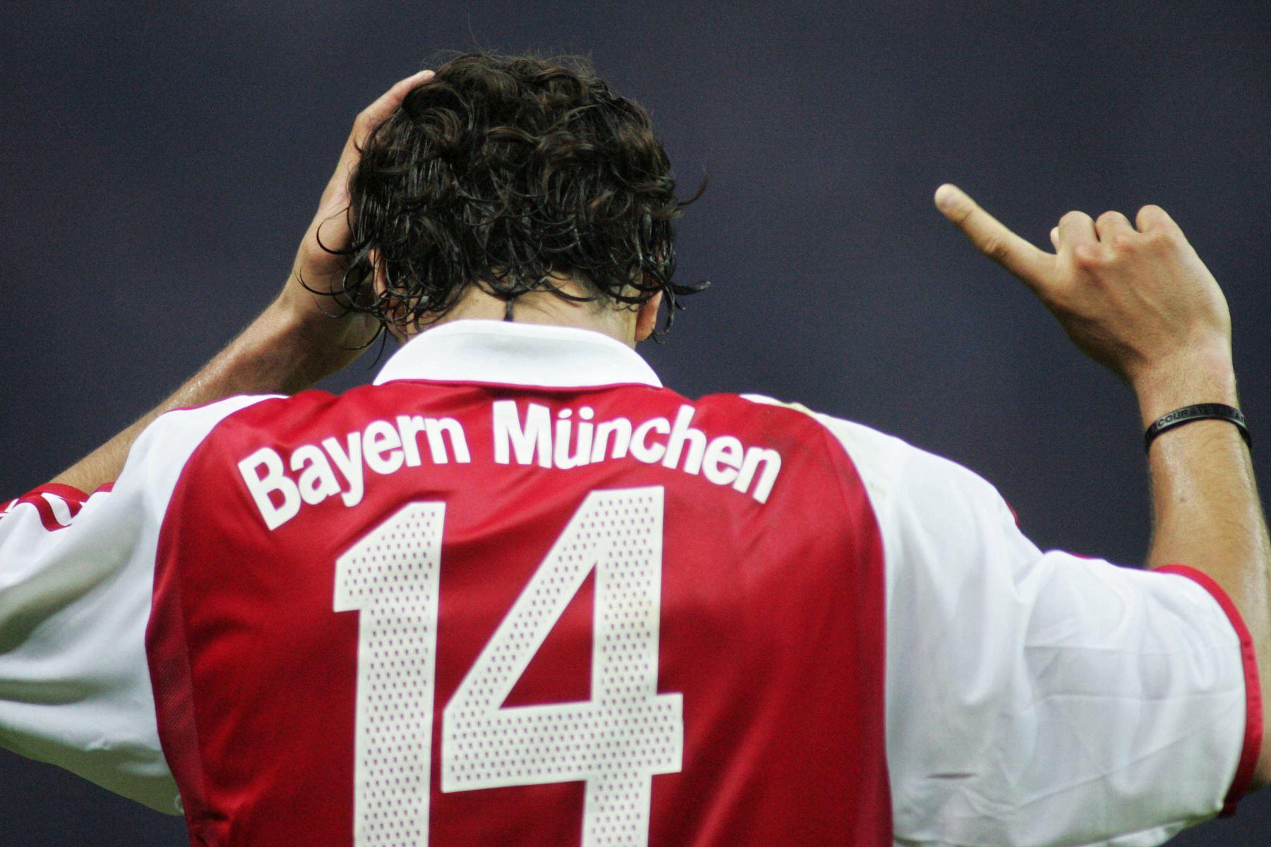 El delantero peruano del Bayern de Múnich, Claudio Pizarro, no está de acuerdo con el árbitro después de que anulara su gol ante el Schalke durante la final de la Copa de Alemania, en el Olympiastadion de Berlín, el 28 de mayo de 2005. Foto: AFP