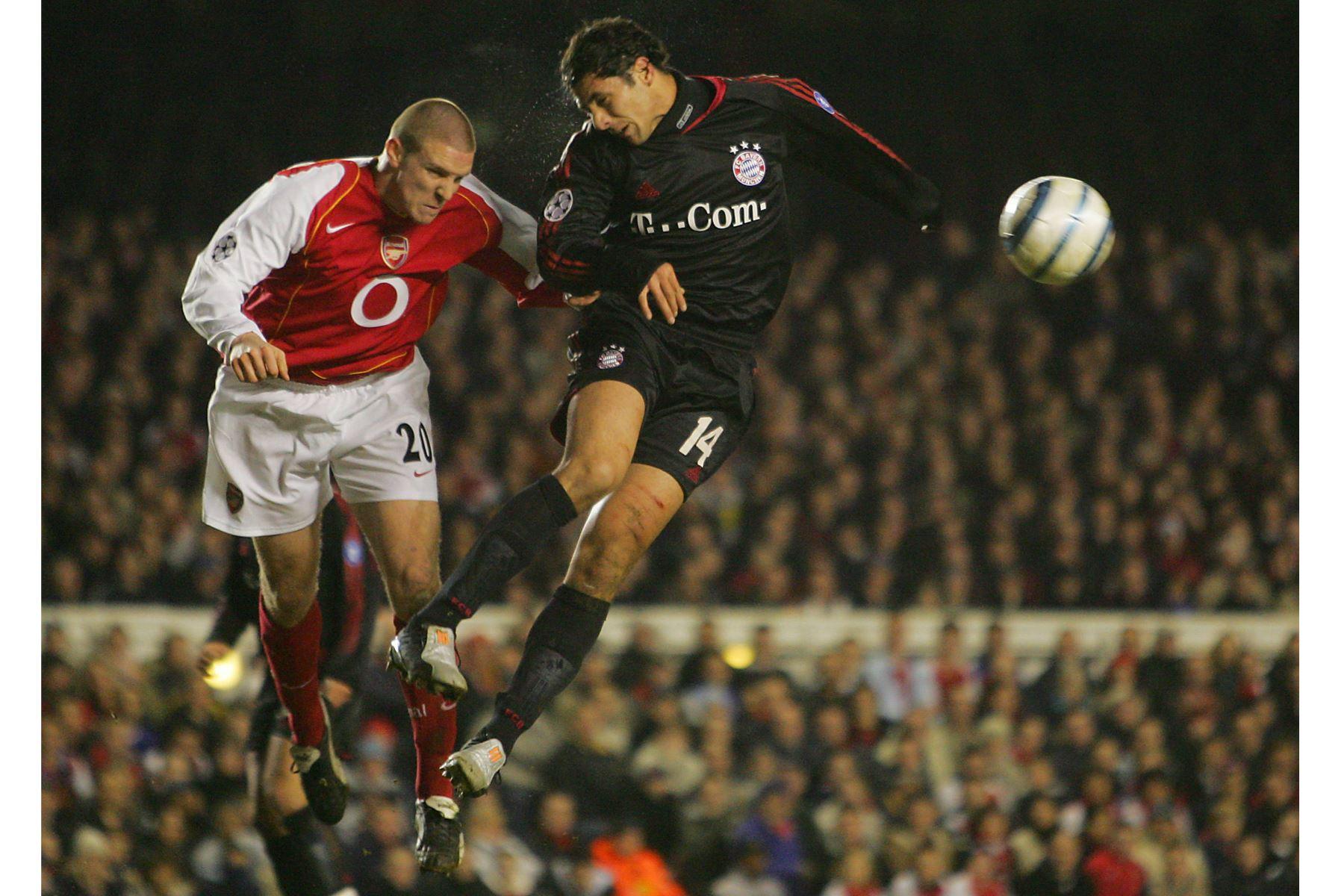 El futbolista Philippe Senderos del Arsenal, aleja el balón de Claudio Pizarro del Bayern de Múnich durante el partido de vuelta de la Liga de Campeones en Highbury, Londres, el 9 de marzo de 2005. Foto: AFP