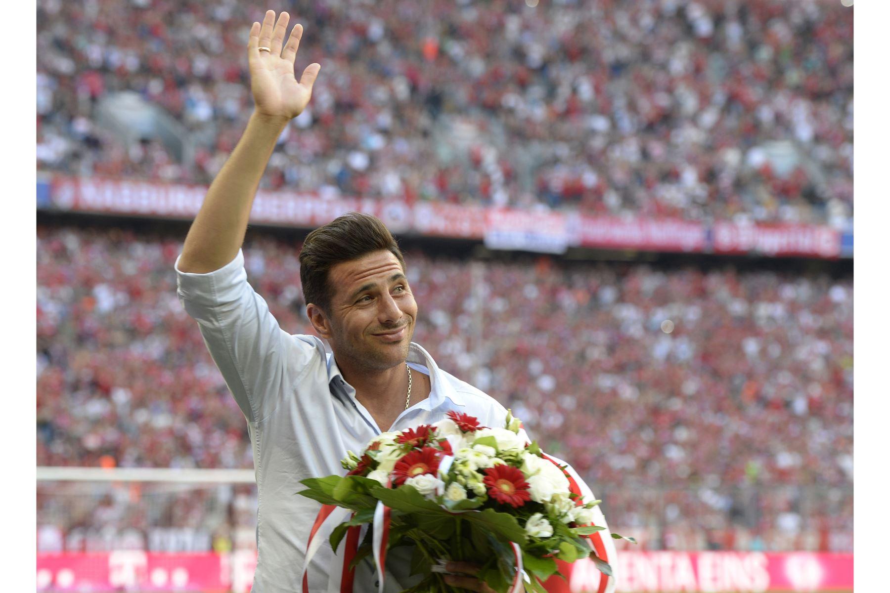 El delantero peruano del Bayern de Múnich, Claudio Pizarro, saluda durante una pequeña ceremonia de despedida antes del inicio del partido entre Bayern Múnich vs Bayer 04 Leverkusen, en Múnich. Foto: AFP
