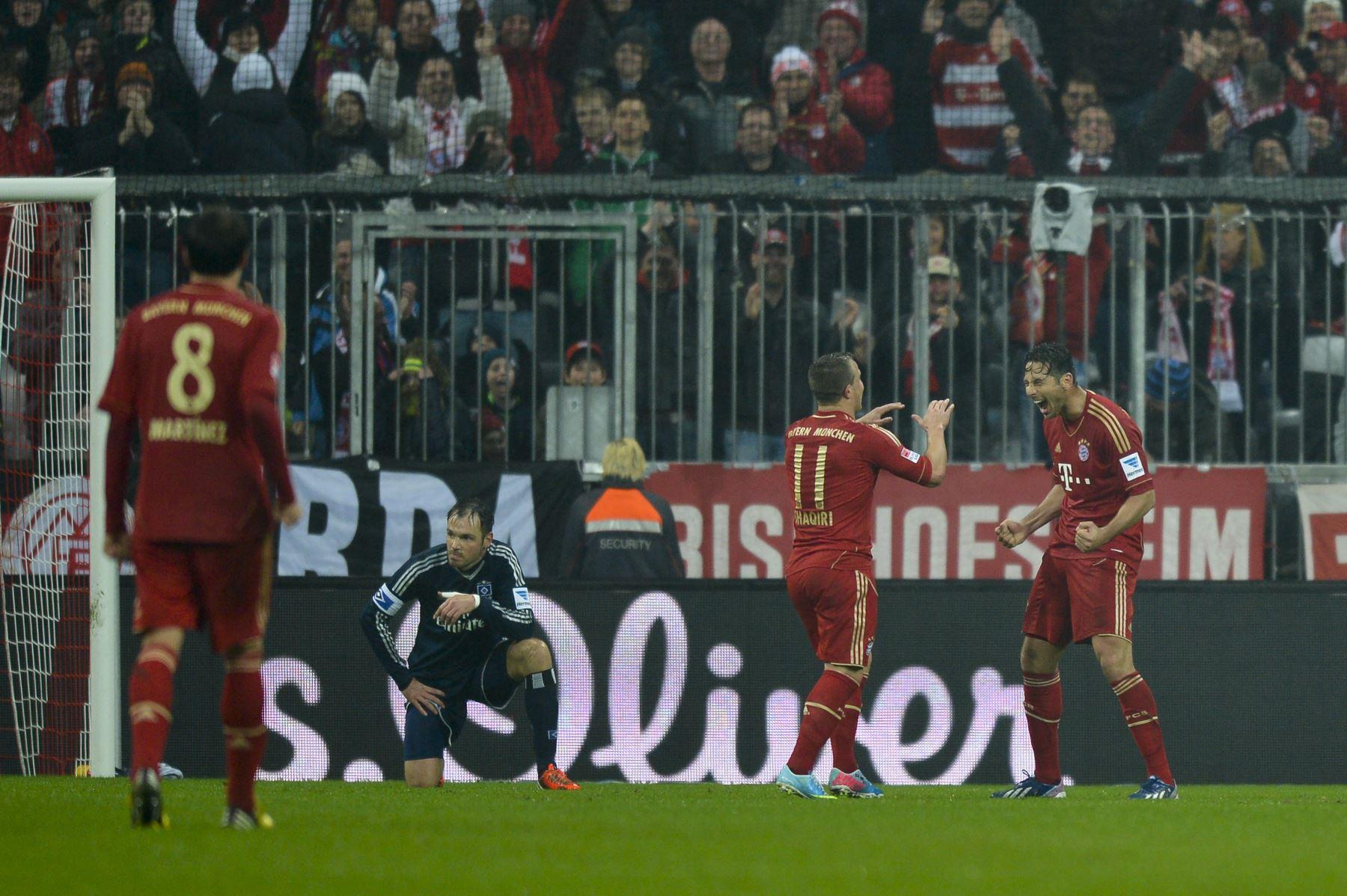El delantero peruano del Bayern Munich, Claudio Pizarro, celebra su quinto gol con el centrocampista suizo del Bayern Munich, Xherdna Shaqiri, durante el partido de fútbol de la Bundesliga de primera división alemana entre FC Bayern vs Hamburger SV, el 30 de marzo de 2013; en Munich. Foto: AFP