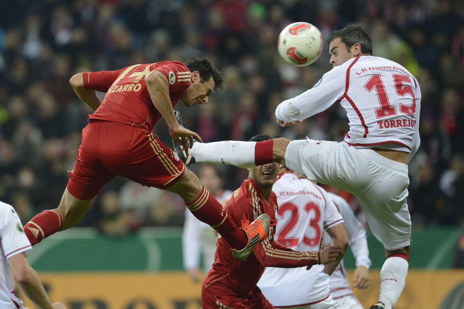 El delantero peruano del Bayern de Múnich, Claudio Pizarro, anota de cabeza el tercer gol de equipo contra el FC Kaiserslautern en Múnich, el 31 de octubre de 2012. Foto: AFP