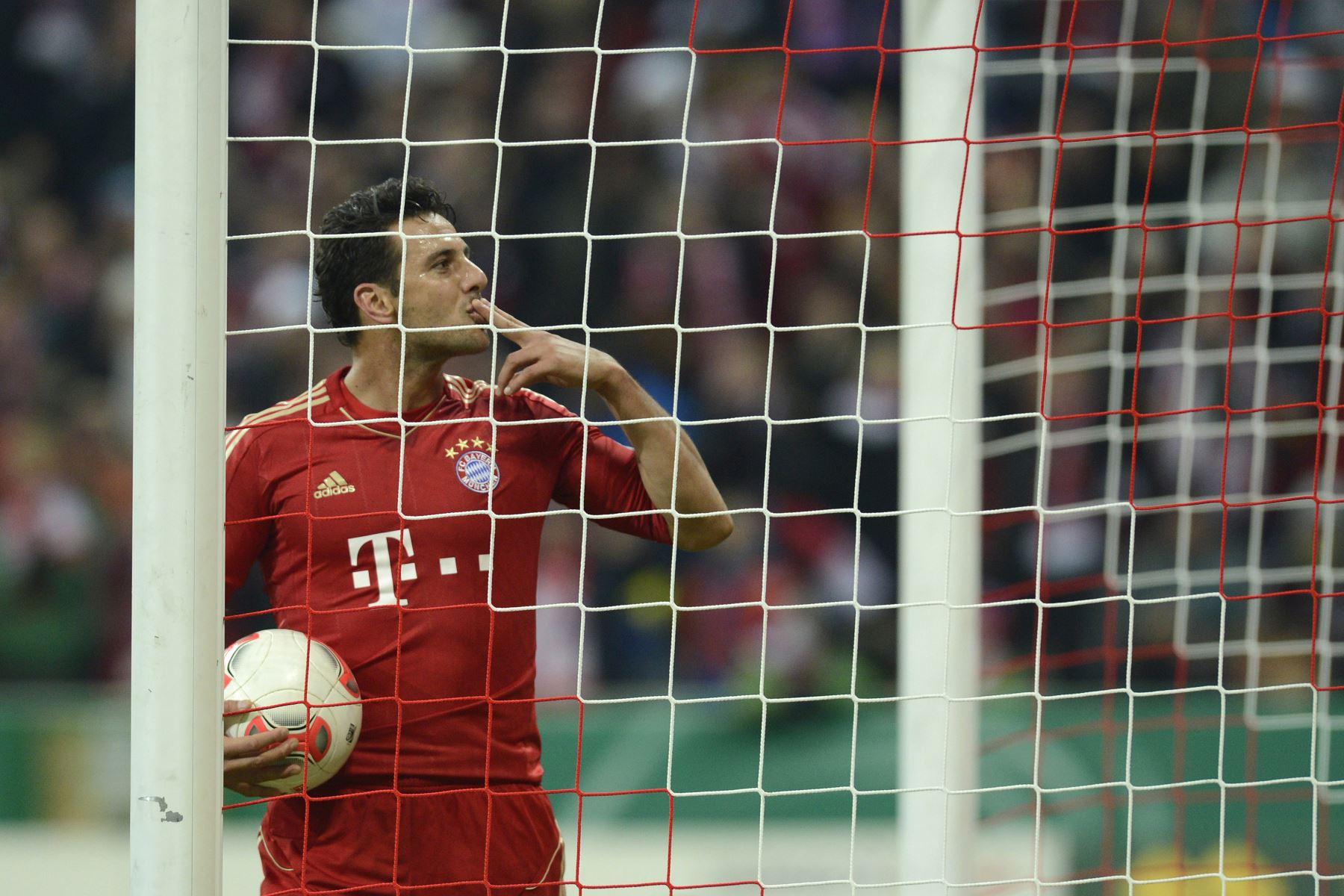 El delantero peruano del Bayern de Múnich, Claudio Pizarro, celebra tras anotar el tercer gol de su equipo ante el FC Kaiserslautern en Múnich, el 31 de octubre de 2012. Foto: AFP