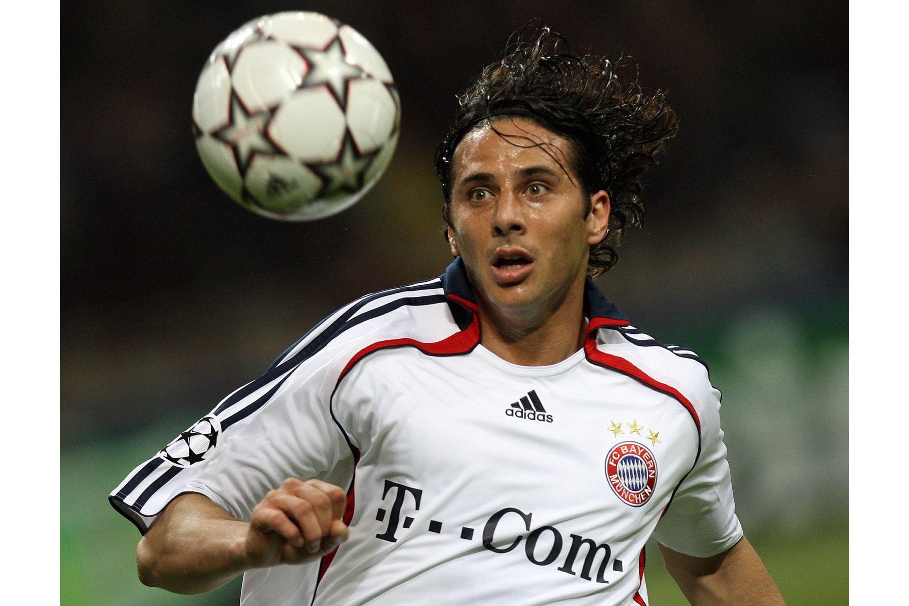 El delantero peruano del Bayern de Múnich, Claudio Pizarro, observa el balón durante el partido de ida de los cuartos de final de la Liga de Campeones, en el estadio San Siro de Milán, el 3 de abril de 2007. Foto: AFP