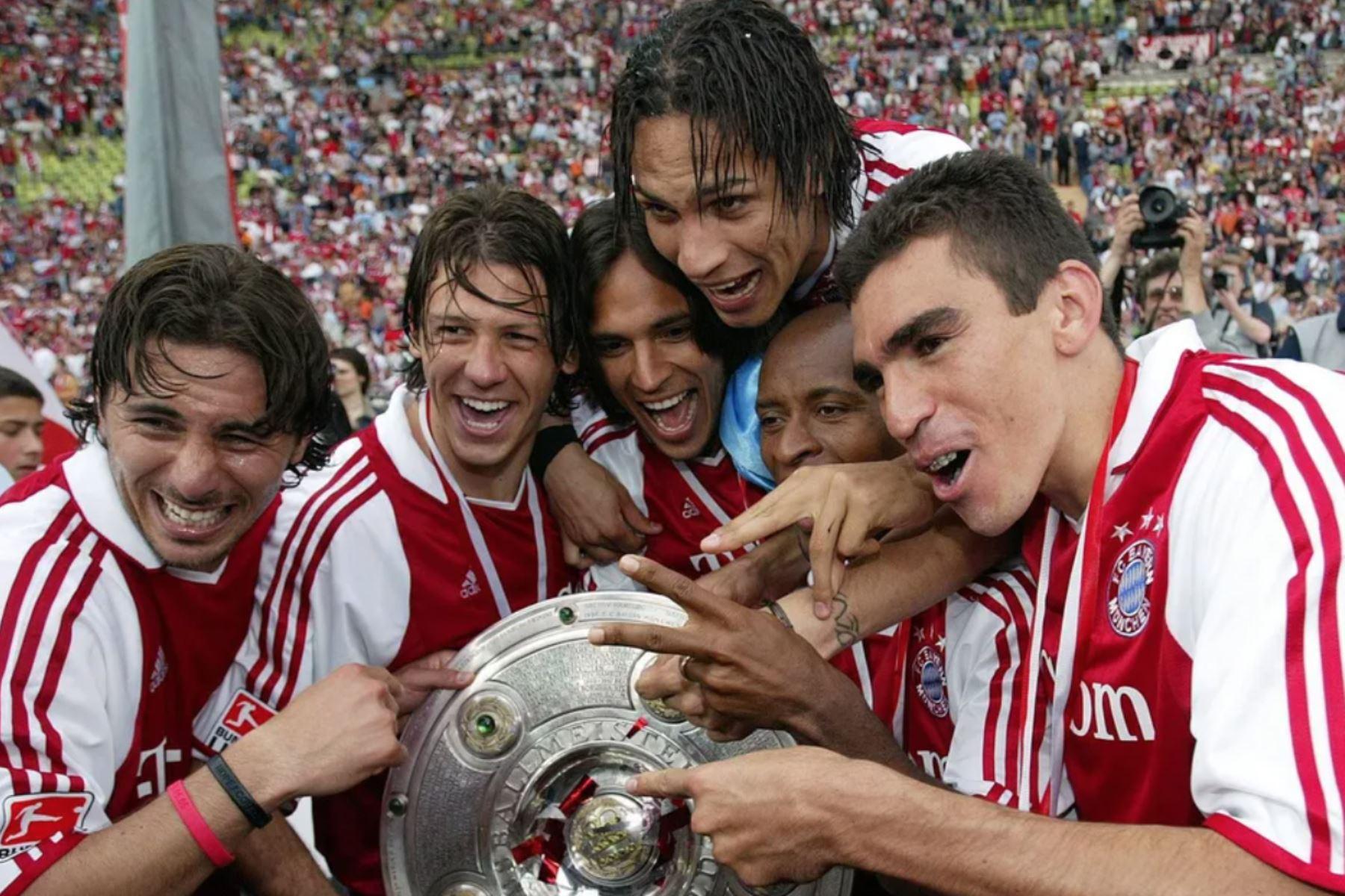 El delantero peruano del Bayern Munich, Claudio Pizarro, saboreó triunfos al lado de un joven Paolo Guerrero y otros ilustres futbolistas latinos. Fuente: Bundesliga