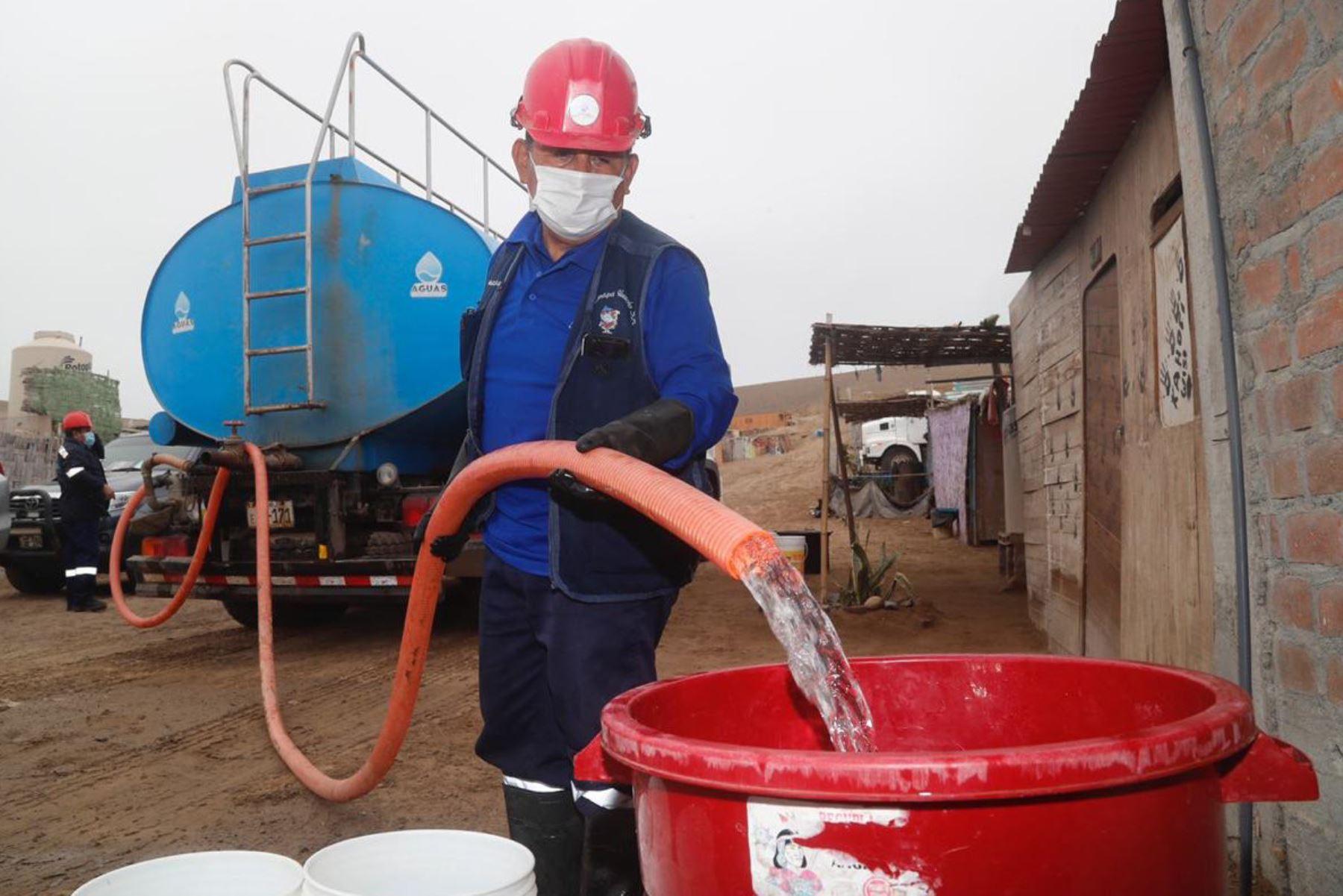 Abastecimiento de agua potable a través de un camión cisterna. ANDINA/Prensa Presidencia