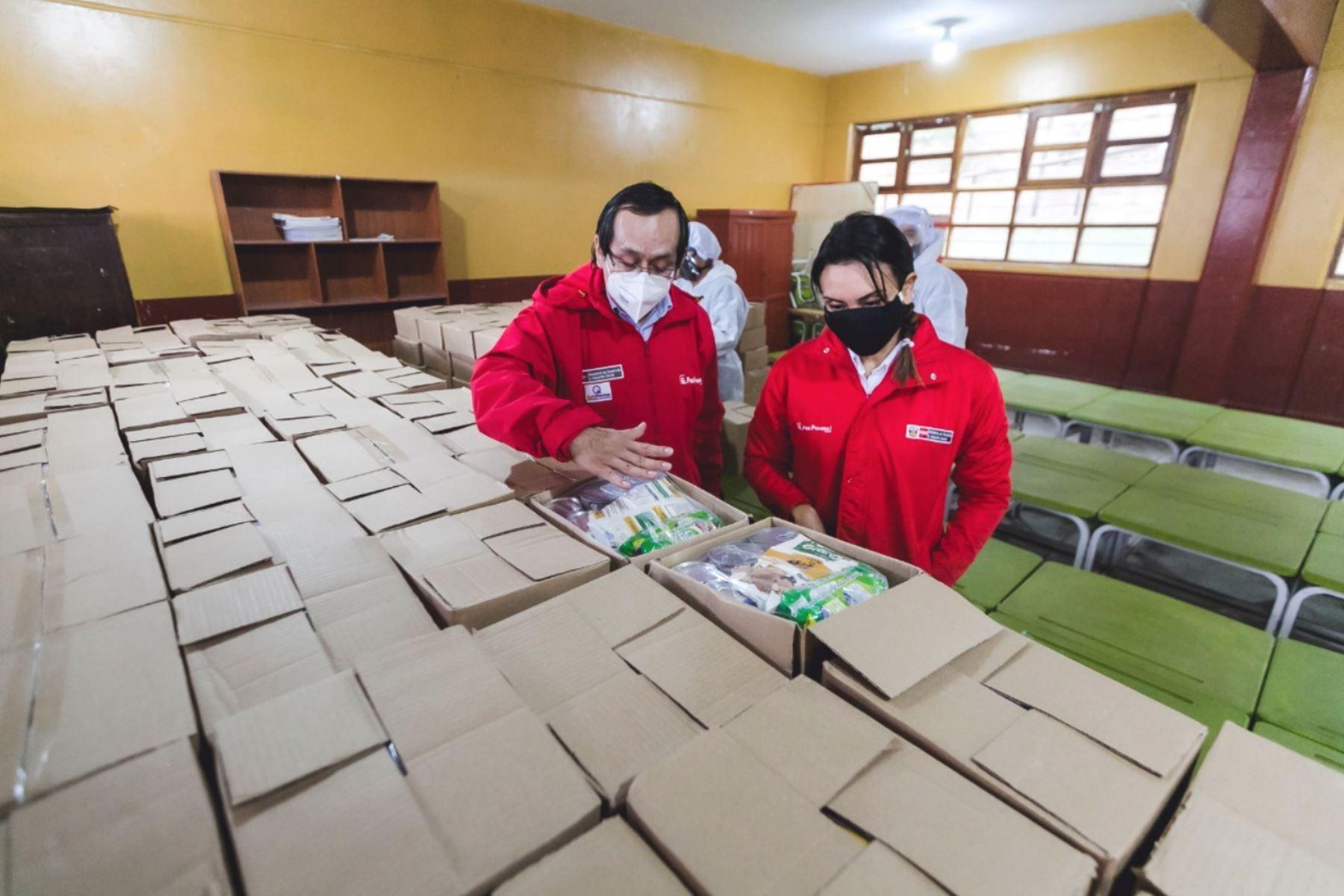 Como apoyo a la estrategia Aprendo en Casa, el programa Qali Warma ha pasado de distribuir desayunos escolares a entregar canastas de alimentos para ser preparados en los domicilios. Foto: ANDINA/difusión.