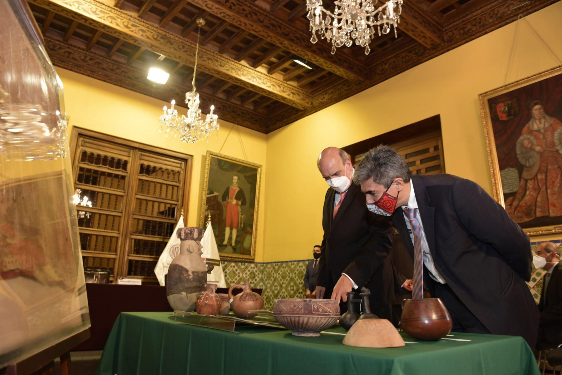 En la sede de la Cancilleria del Perú,  el canciller Mario López y el ministro de  Cultura, Alejandro Neyra, presiden la ceremonia de repatriación de 65 Bienes Culturales de Australia, España, Estados Unidos y Reino Unido. Foto: Cancillería del Perú