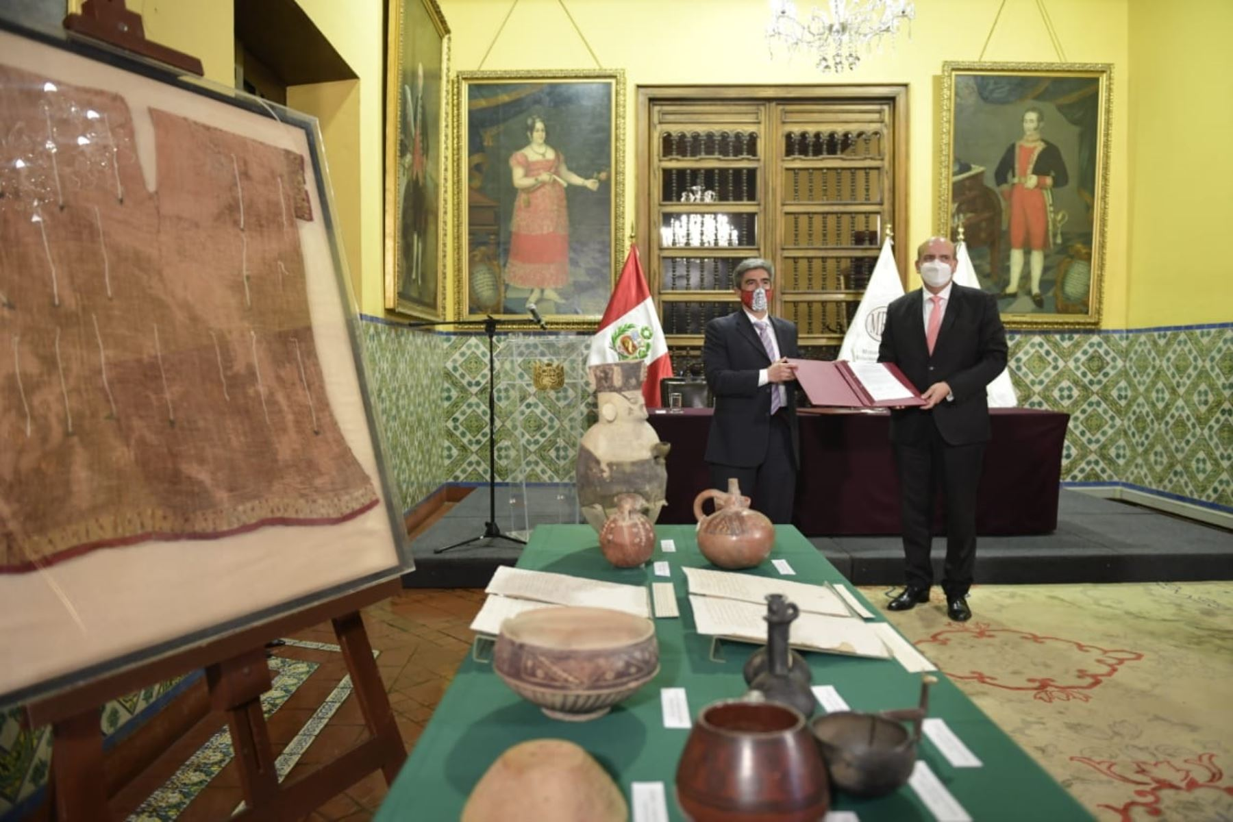 Ministers Alejandro Neyra (Culture) and Mario Lopez (Foreign Affairs) participate in a ceremony for the handing over of recovered cultural property. Photo: Ministry of Foreign Affairs