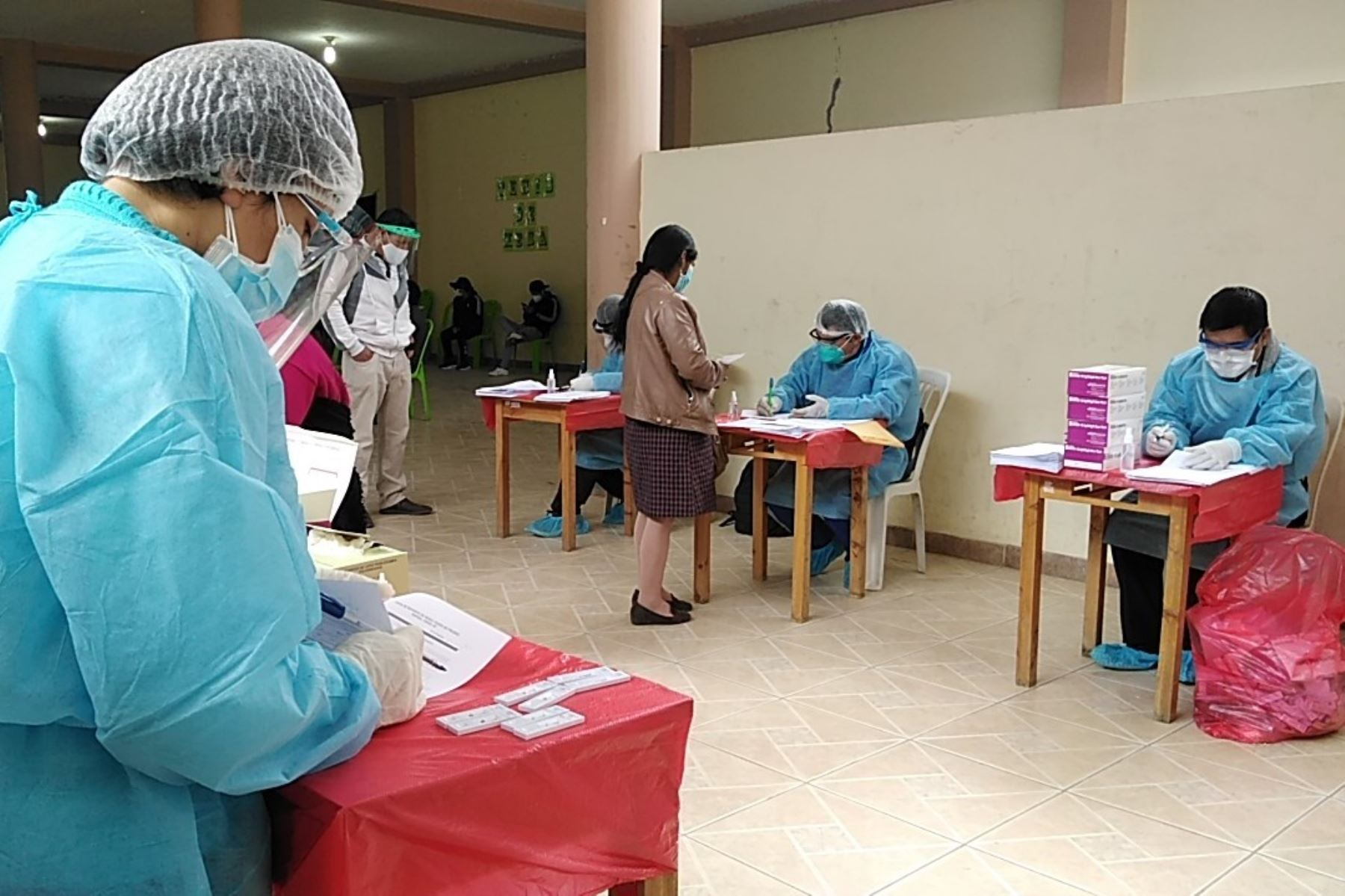 Trabajadores de un centro comercial de Trujillo pasan un control sanitario para detectar casos de covid-19. Foto: ANDINA/Difusión