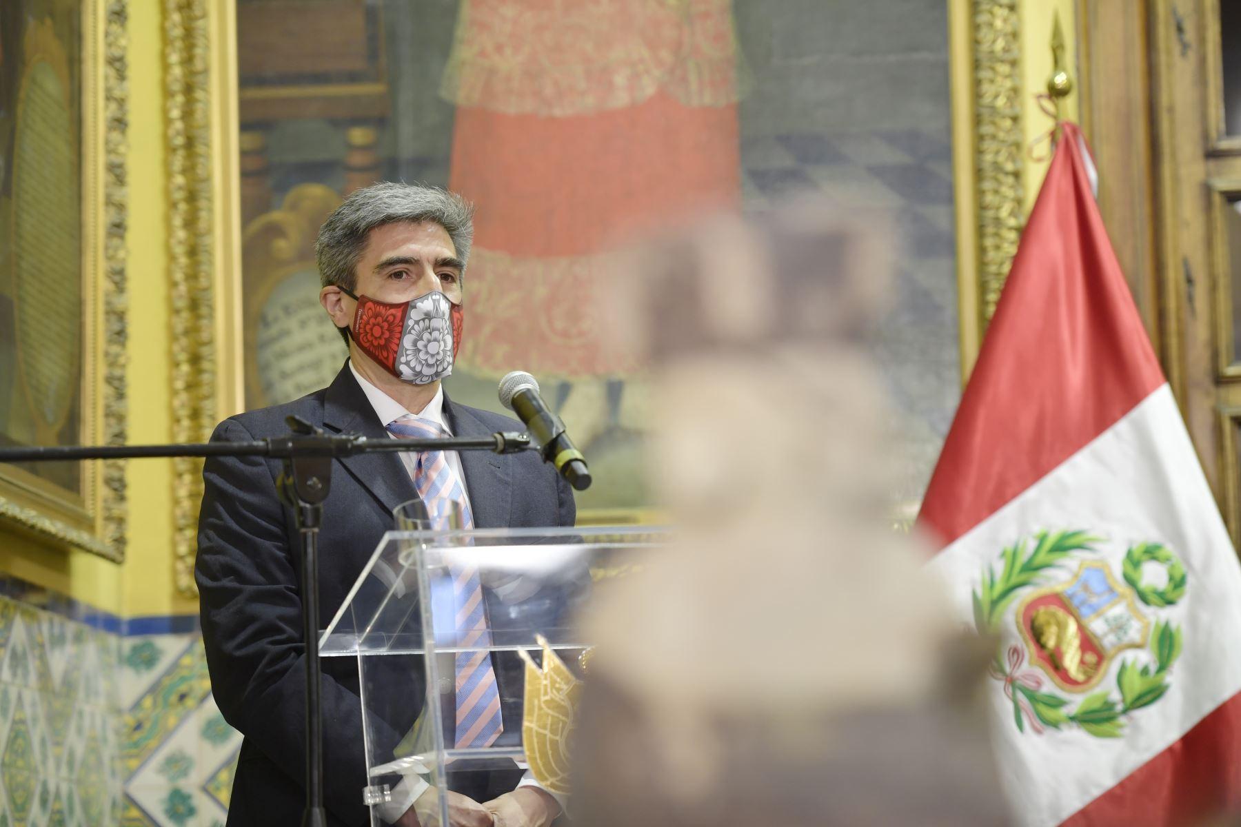 En ceremonia oficial realizada en el Palacio de Torre Tagle,  el ministro de Cultura,  Alejandro Neyra Sánchez recibe un grupo de 65 piezas pertenecientes al Patrimonio Cultural de la Nación. Foto: Ministerio de Cultura