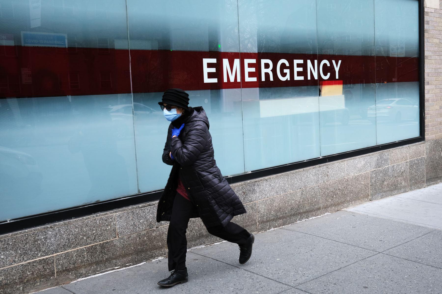Una mujer camina por la entrada de emergencia al Hospital Mount Sinai en medio de la pandemia de coronavirus en la ciudad de Nueva York. Fotos: AFP