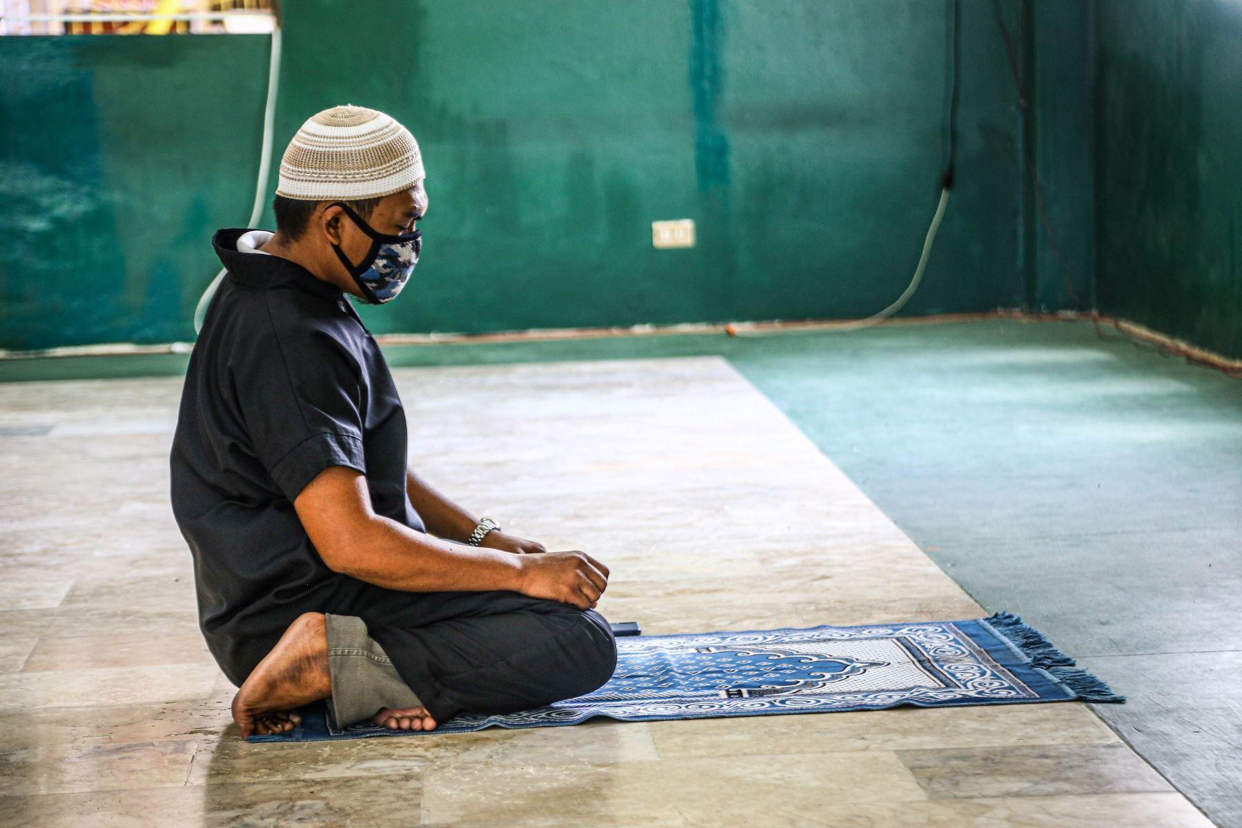 Un imán reza en una mezquita vacía en la ciudad de Coatabato, en la isla sureña de Mindanao. Aún no se permiten reuniones masivas en mezquitas o iglesias, como parte del esfuerzo del gobierno para contener la propagación del brote de coronavirus covid-19.
