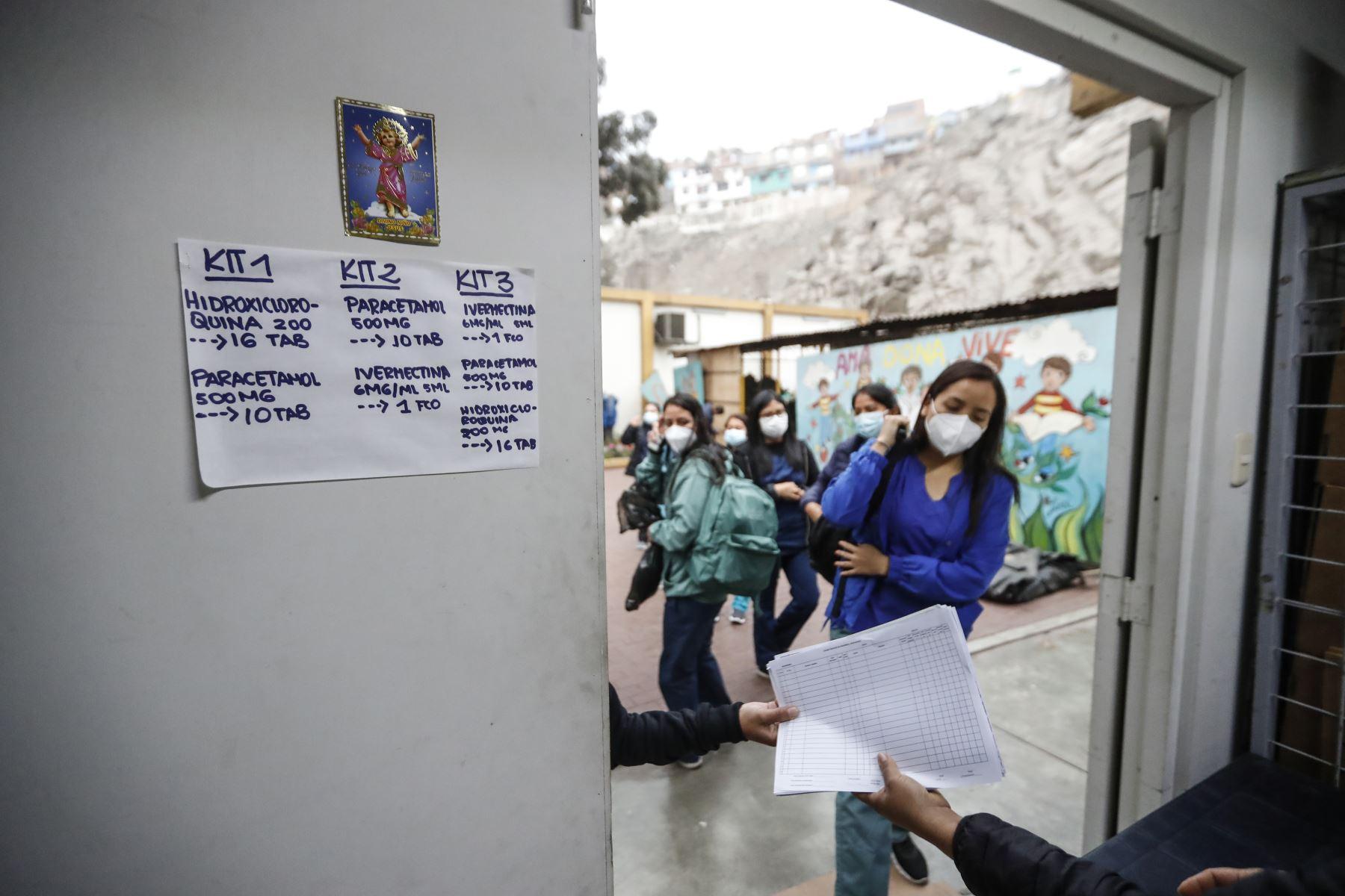 Las brigadas de salud llegan al promediar las 6:00 a.m. a la DIRIS Lima Este para recoger sus implementos de trabajo. Foto: ANDINA/Renato Pajuelo
