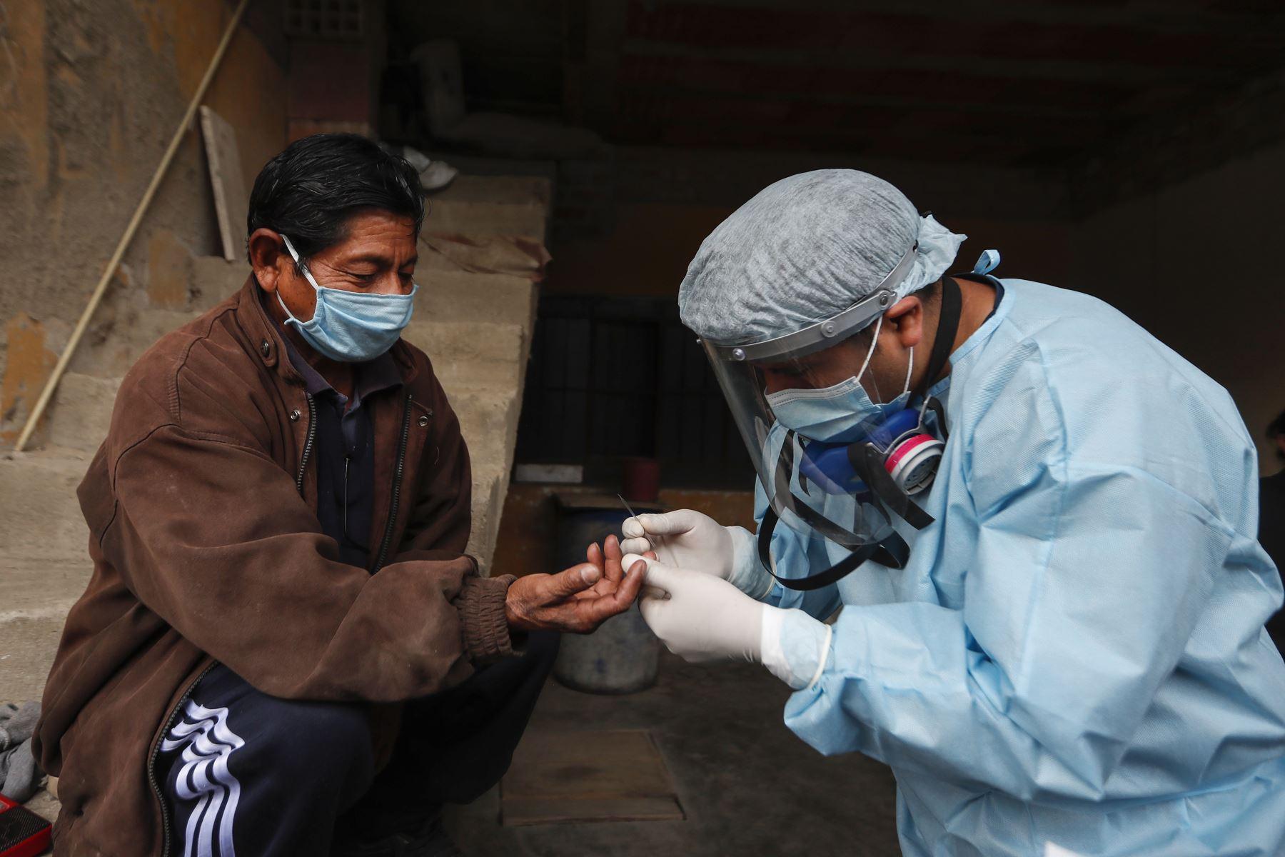 Los médicos inician la prueba rápida para detectar el Covid-19 a personas mayores de 60 años o quienes presenten alguna comorbilidad. Foto: ANDINA/Renato Pajuelo