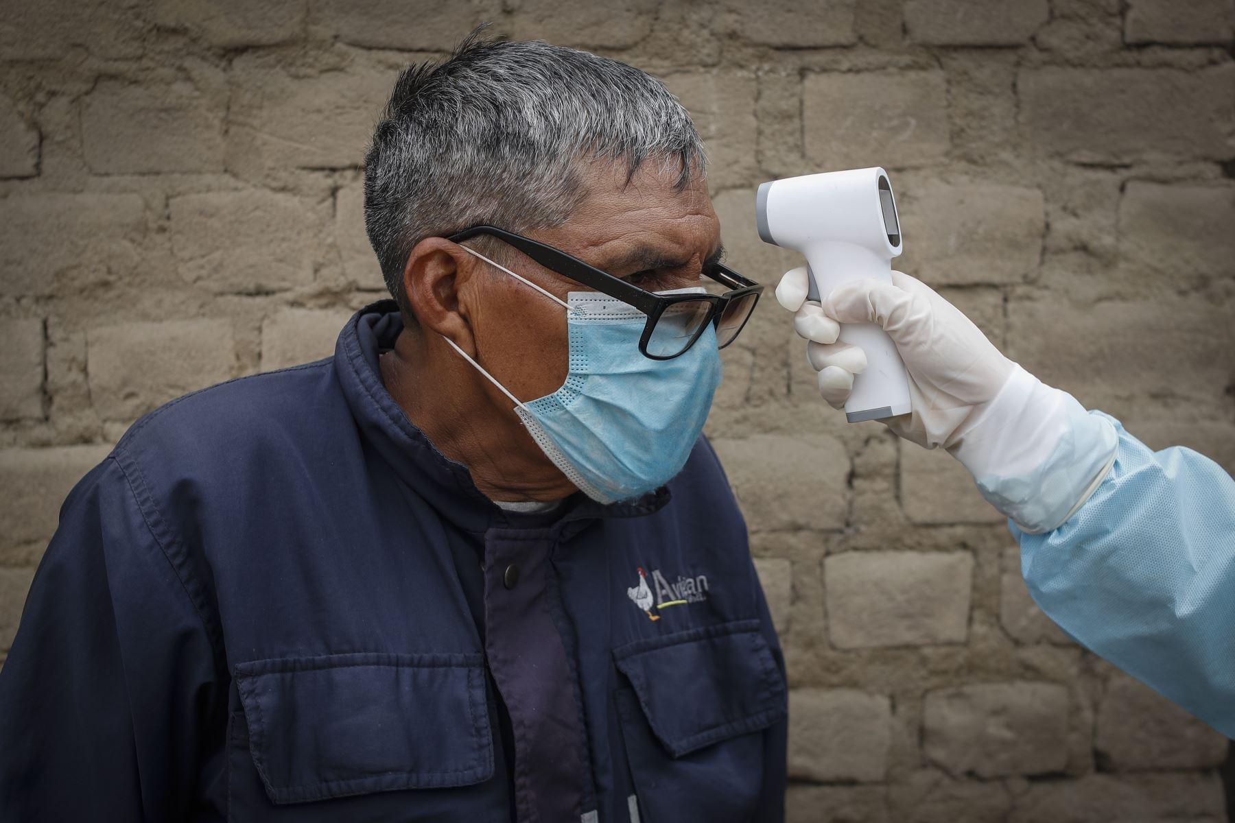También miden el nivel de oxigeno en la sangre a través de un pulsioximetro y además toman su temperatura. Foto: ANDINA/Renato Pajuelo