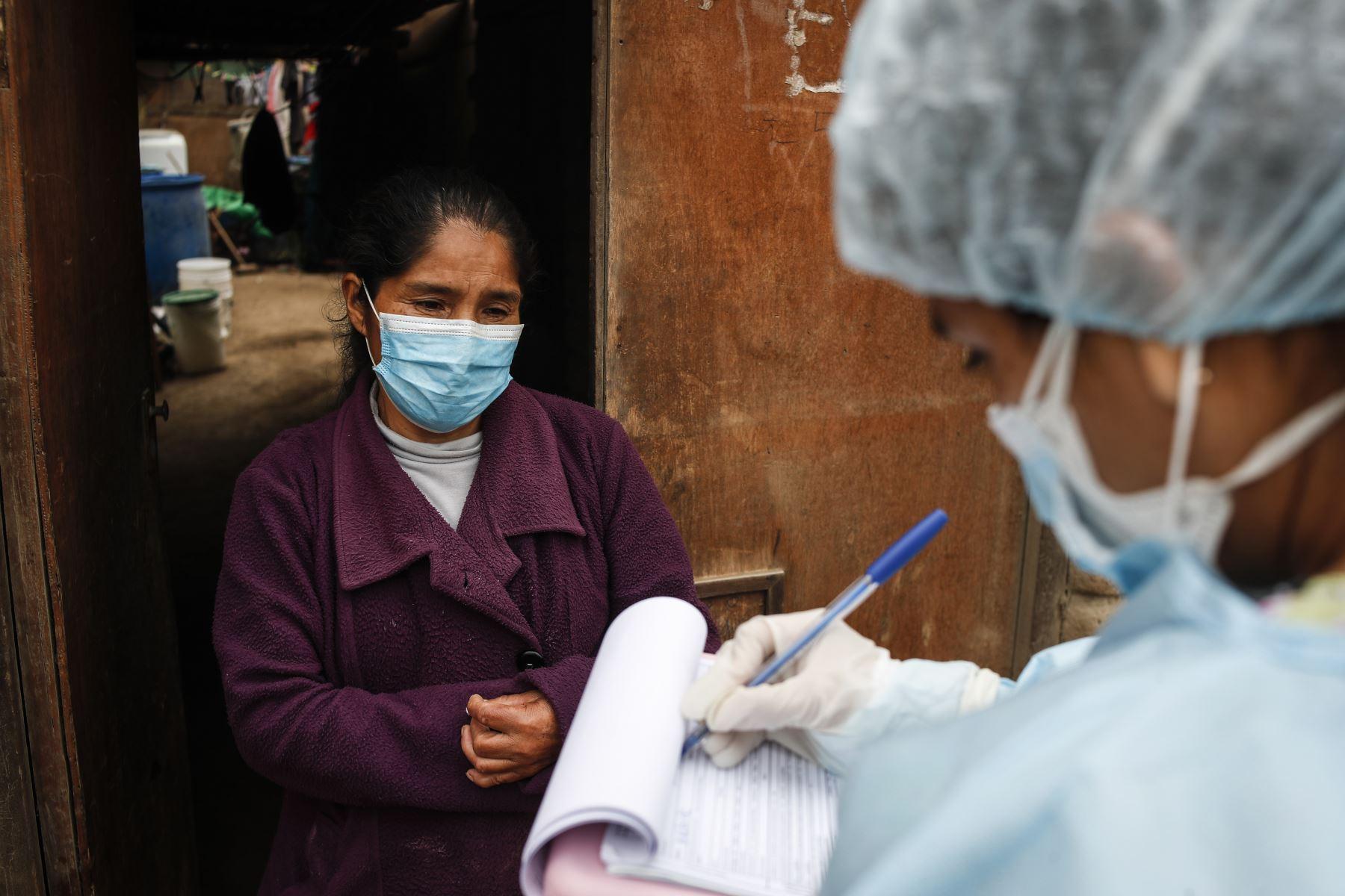 Los médicos llevan registro de todos las personas intervenidas durante la jornada. Foto: ANDINA/Renato Pajuelo