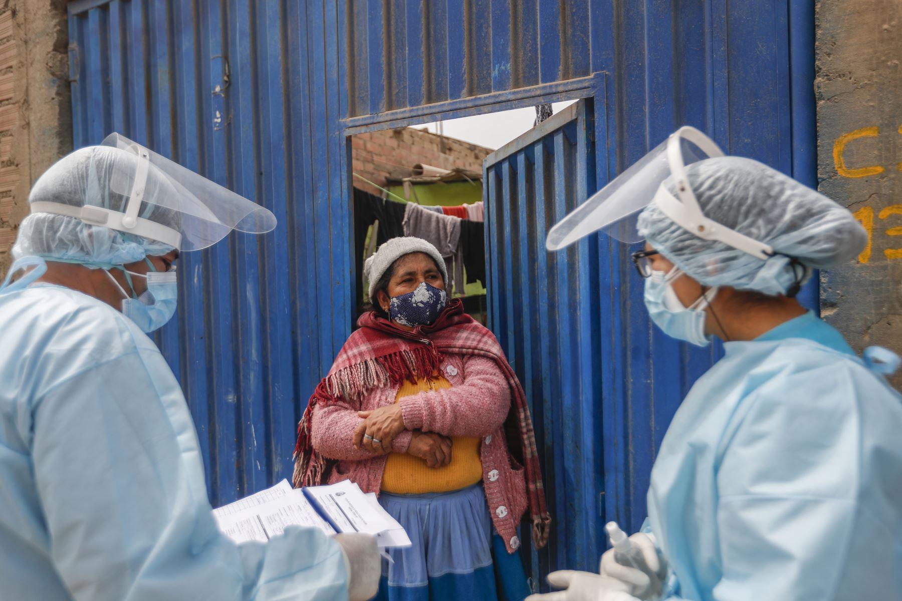 Vecinos de Cajamarquilla reciben a las brigadas de salud, por lo general, en la puerta de sus domicilios. Foto: ANDINA/Renato Pajuelo