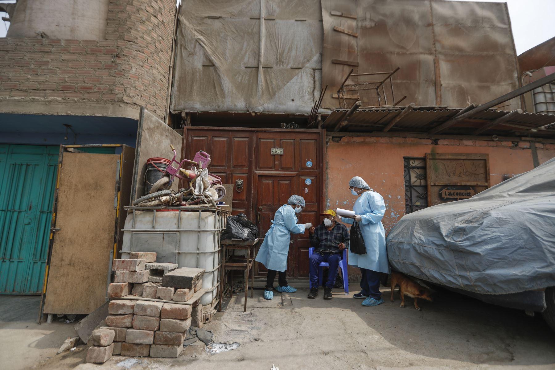 Adultos vulnerables esperan pacientes los resultados de sus pruebas. Foto: ANDINA/Renato Pajuelo