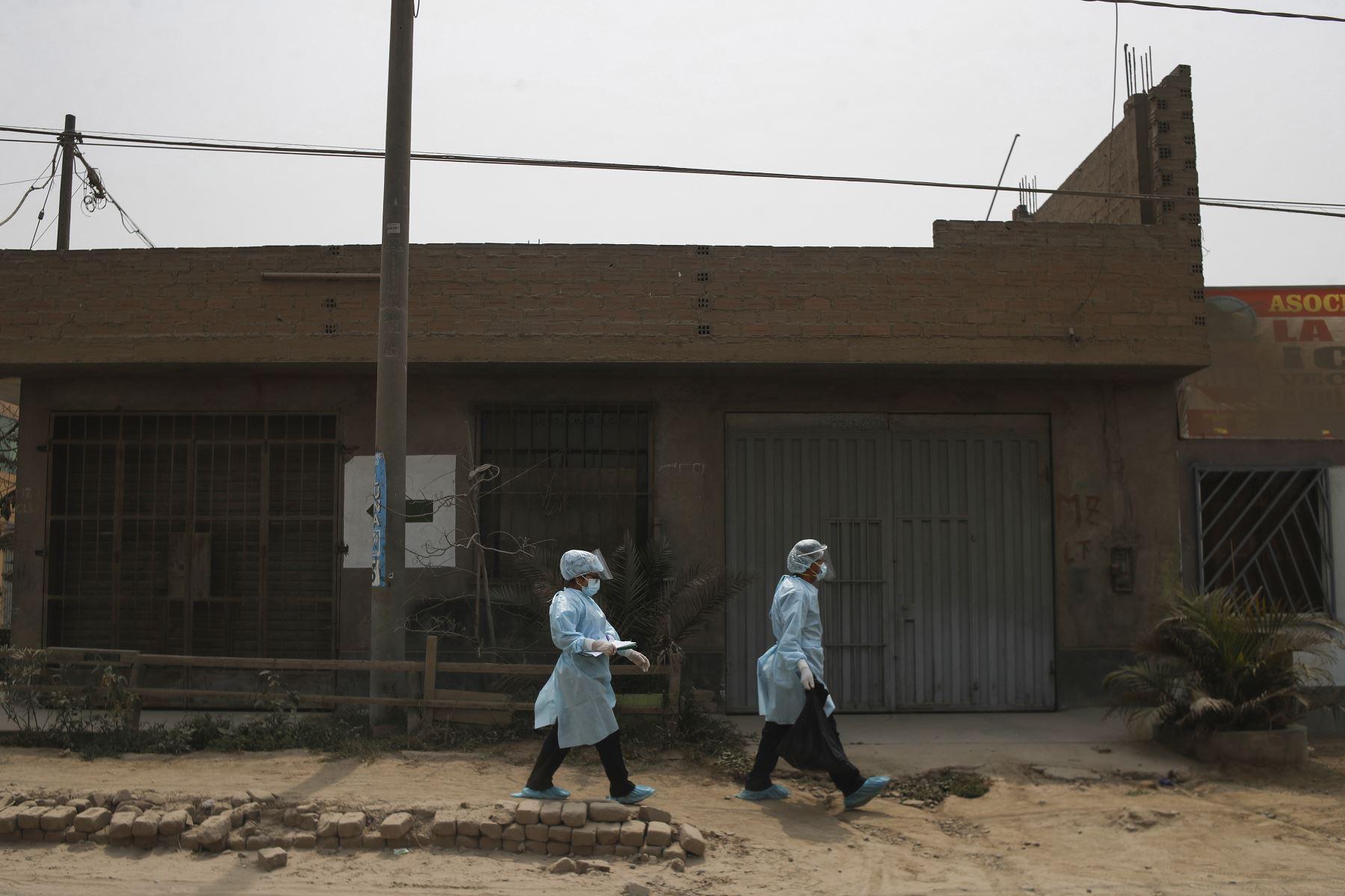 Brigadas de salud de la DIRIS Lima Este continúan su recorrido, casa por casa, pese a ser rechazados en varias ocasiones. Foto: ANDINA/Renato Pajuelo