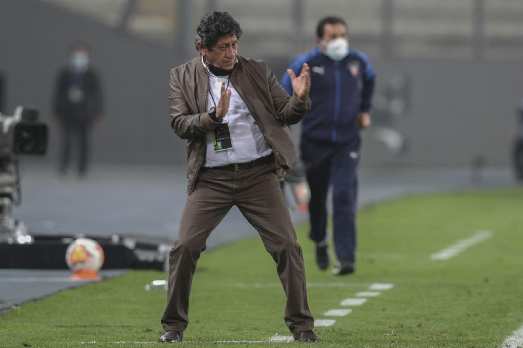 El entrenador de la Binacional de Perú, Javier Arce, hace gestos durante el partido de fútbol a puertas cerradas por la fase de grupos de la Copa Libertadores, en el Estadio Nacional de Lima. Foto: AFP