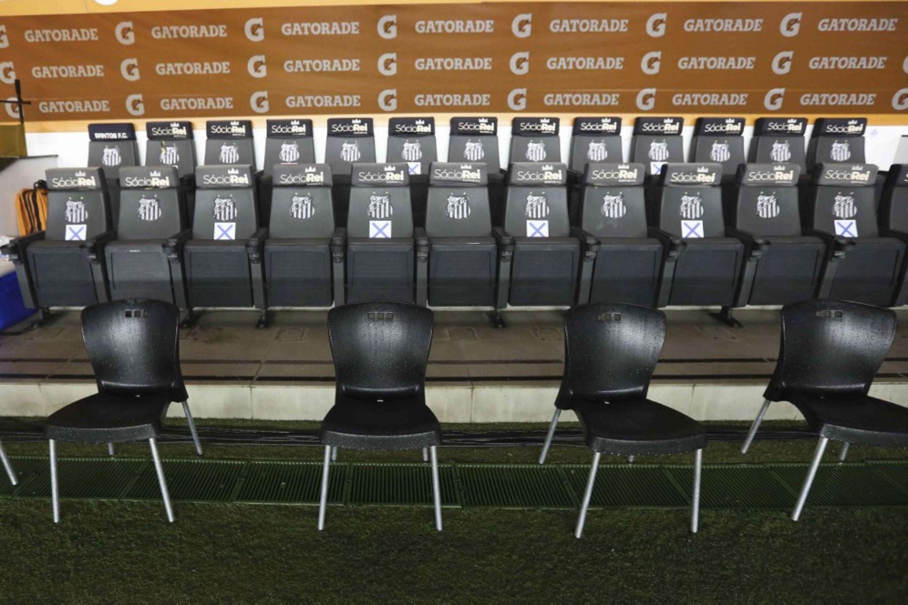 Vista del banco vacío antes de un partido de fútbol a puerta cerrada por la fase de grupos de la Copa Libertadores entre el Santos brasileño y el Olimpia paraguayo, en el estadio Vila Belmiro en Santos. Foto: AFP