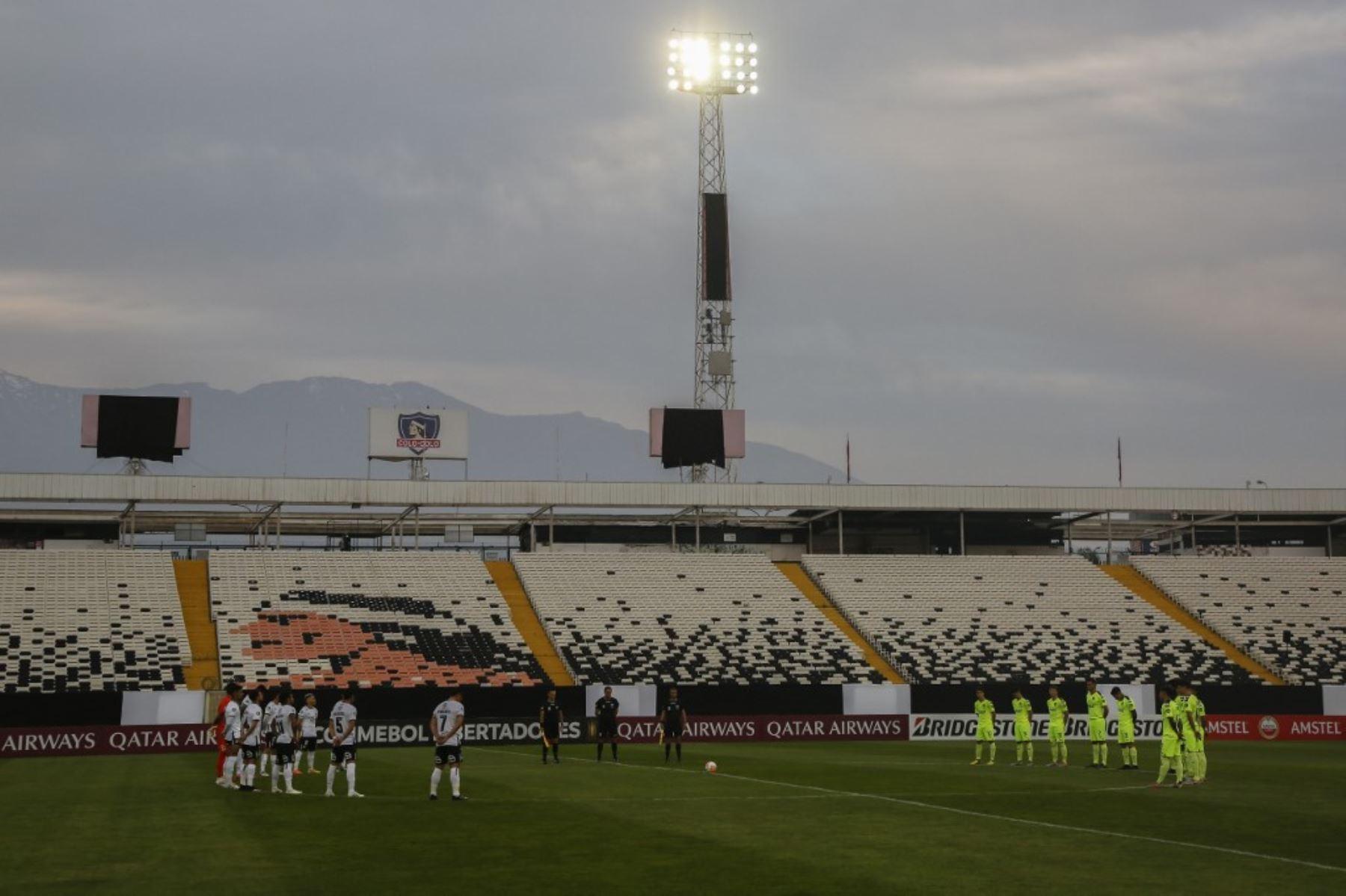 Los jugadores se preparan para el inicio del partido a puertas cerradas por la fase de grupos de la Copa Libertadores entre Colo Colo y Peñarol, en el estadio Monumental de Santiago. Foto: AFP