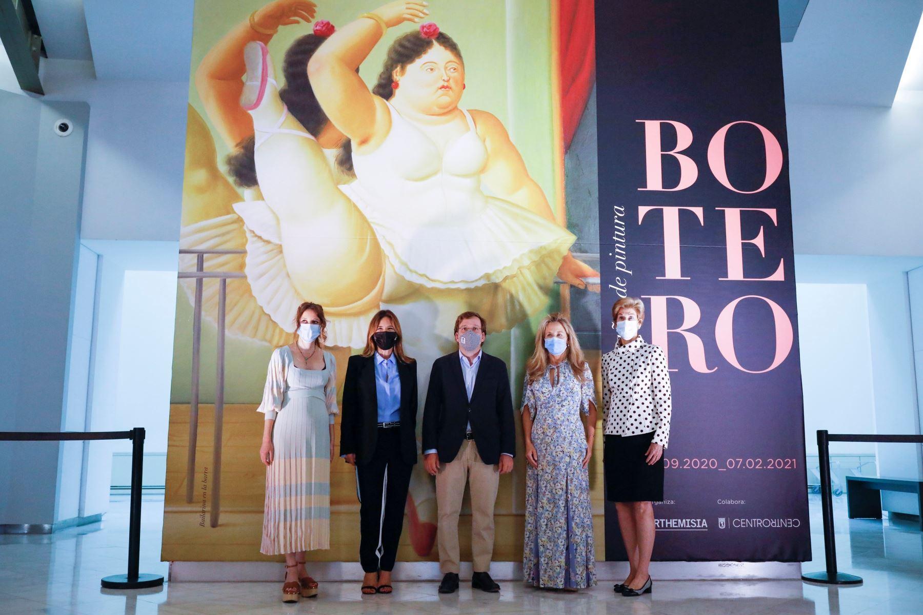 """El alcalde de Madrid, José Luís Martínez Almeida, participa hoy, 16 de septiembre de 2020, de la inauguración de la exposición """"Botero:60 años de pintura"""" en el Centro Centro de la ciudad de Madrid. Foto: EFE"""
