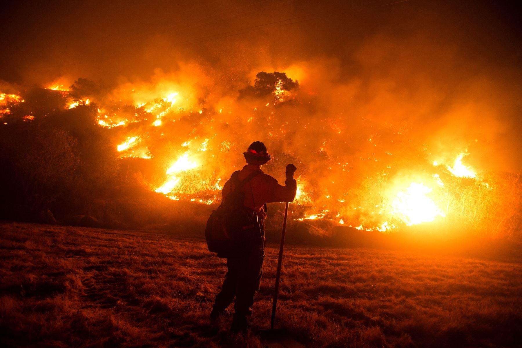 Un bombero trabaja en la escena del incendio en las laderas cerca de Monrovia Canyon Park en Monrovia, California. Foto: AFP