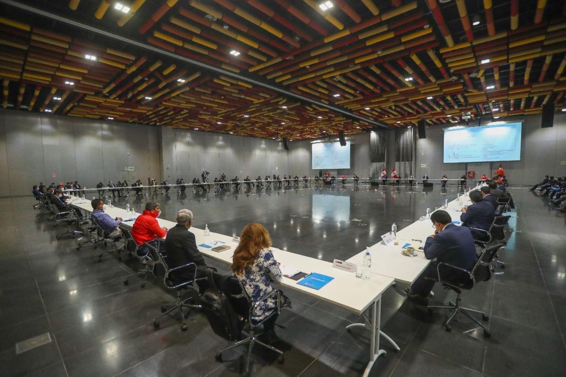 Reunión con los representantes de la Asociación de Municipalidades del Perú(Ampe), de la Red de Municipalidades Urbanas y Rurales del Perú (Remurpe) y con gobernadores regionales de la Asamblea Nacional de Gobiernos Regionales (ANGR).Foto: ANDINA/Prensa Presidencia