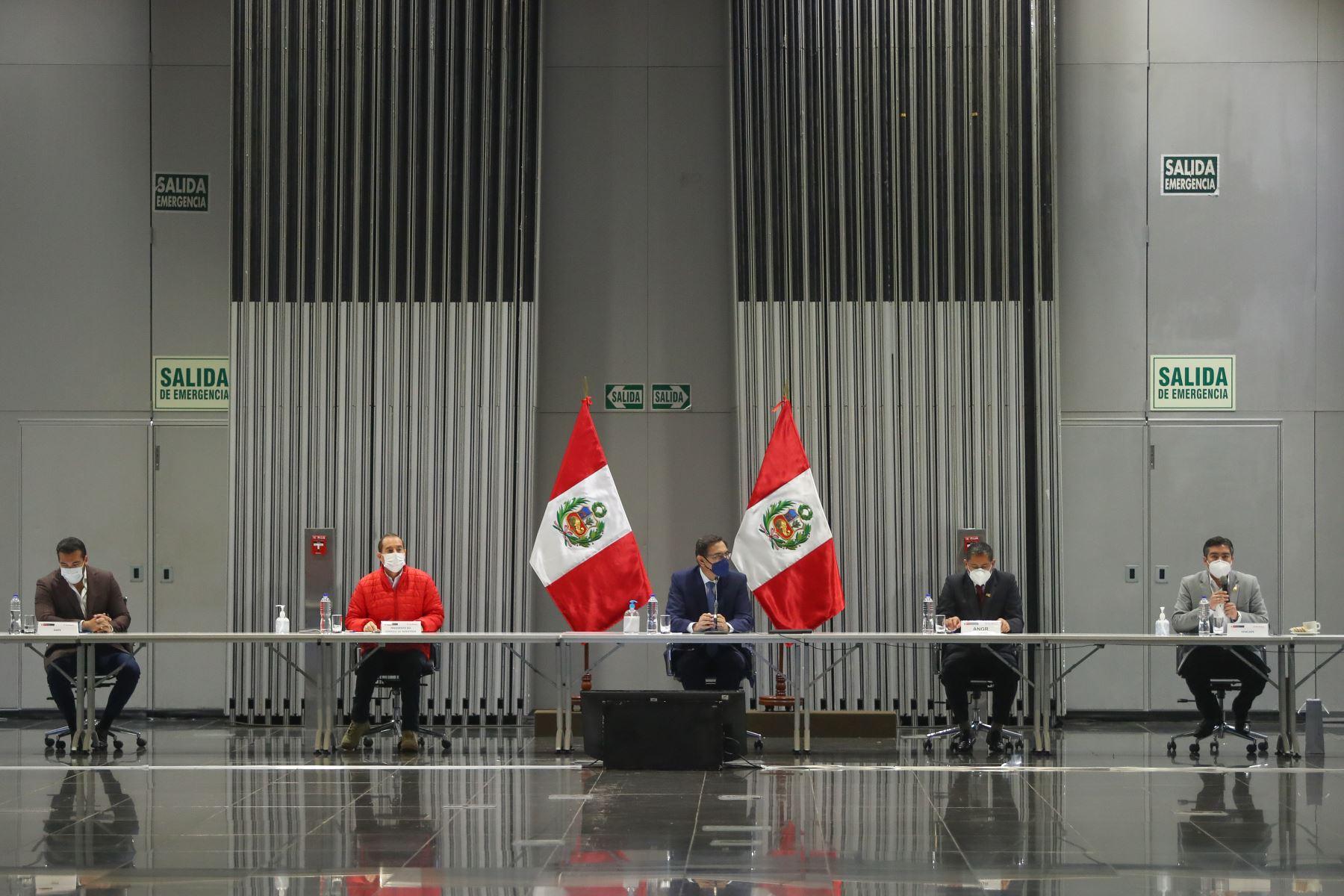 El presidente de la República, Martín Vizcarra, en el marco del Consejo de Ministros, sostiene una reunión con los representantes de la Asociación de Municipalidades del Perú(Ampe), de la Red de Municipalidades Urbanas y Rurales del Perú (Remurpe) y con gobernadores regionales de la Asamblea Nacional de Gobiernos Regionales (ANGR). Foto: ANDINA/Prensa Presidencia