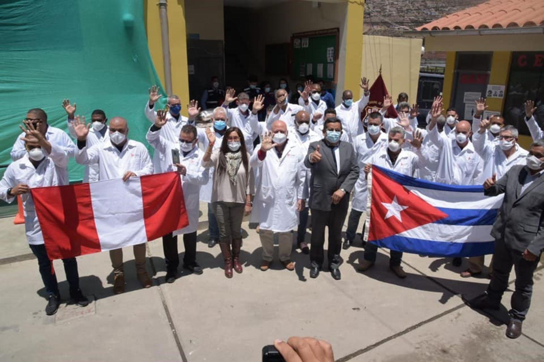 Médicos y personal de salud procedentes de Cuba son recibidos por las autoridades sanitarias de Huaraz. Ellos se suman a la lucha contra el covid-19 en la región Áncash. Foto: ANDINA/Difusión