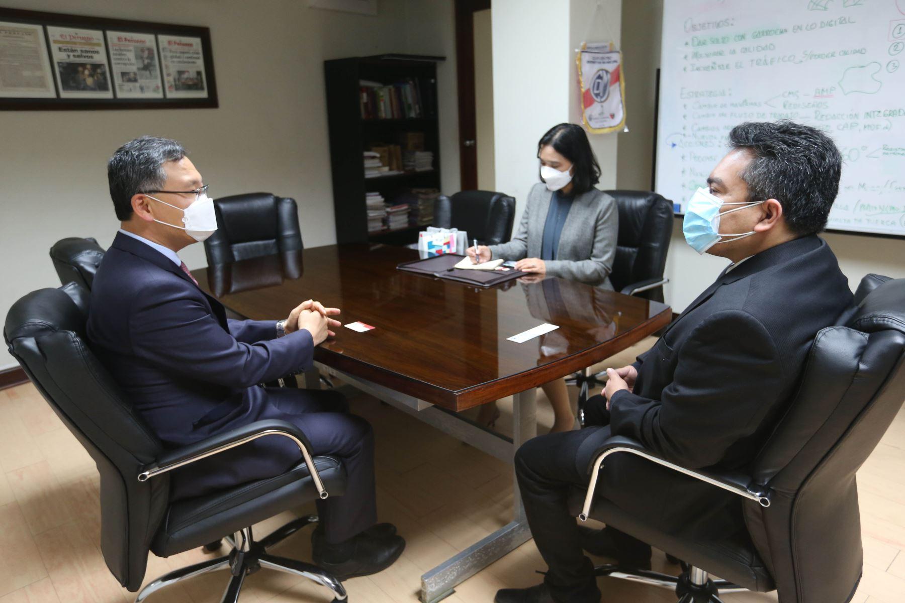 Embajador de Corea del Sur, Yungjoon JO, lleva a cabo una visita protocolar a las instalaciones de Editora Perú y se reúne con el gerente general y director de Medios Periodísticos, Félix Paz.