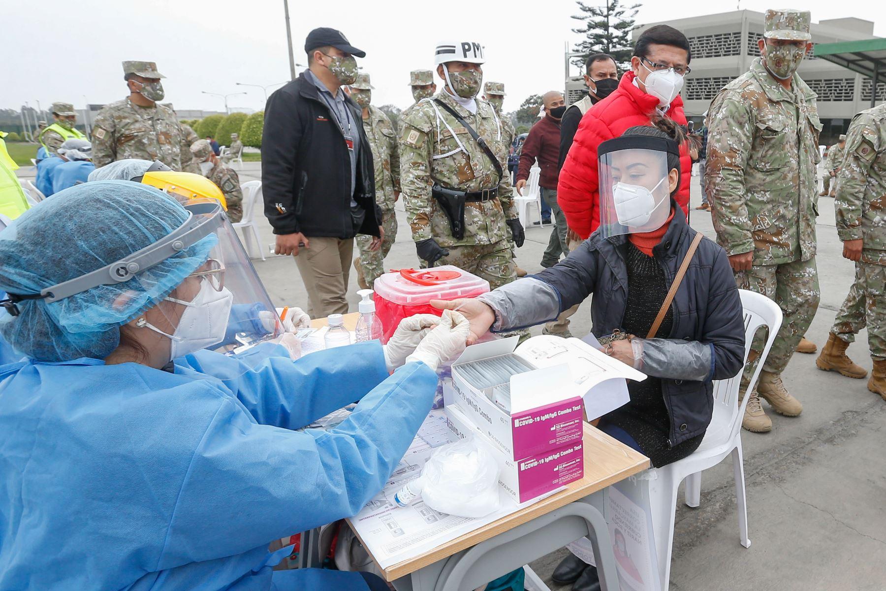 Ministra de Salud Pilar Mazzetti participa en campaña de descarte y tratamiento de la Covid-19 en el Cuartel General del Ejército. Foto:ANDINA/Minsa