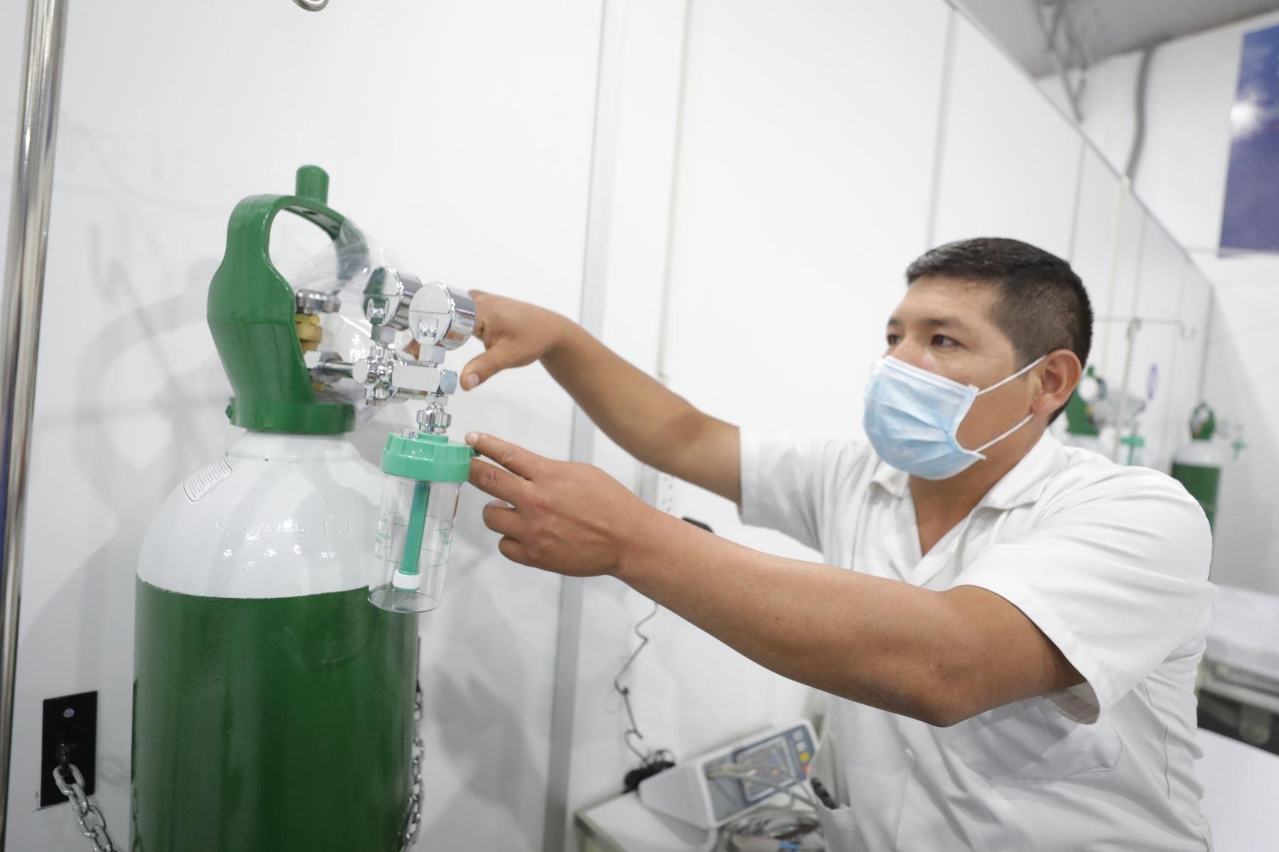 Personal capacitado verifica el funcionamiento de oxígeno  en el nuevo centro de atención para pacientes covid-19, en  Villa Essalud Apurímac. Foto:ANDINA/Essalud
