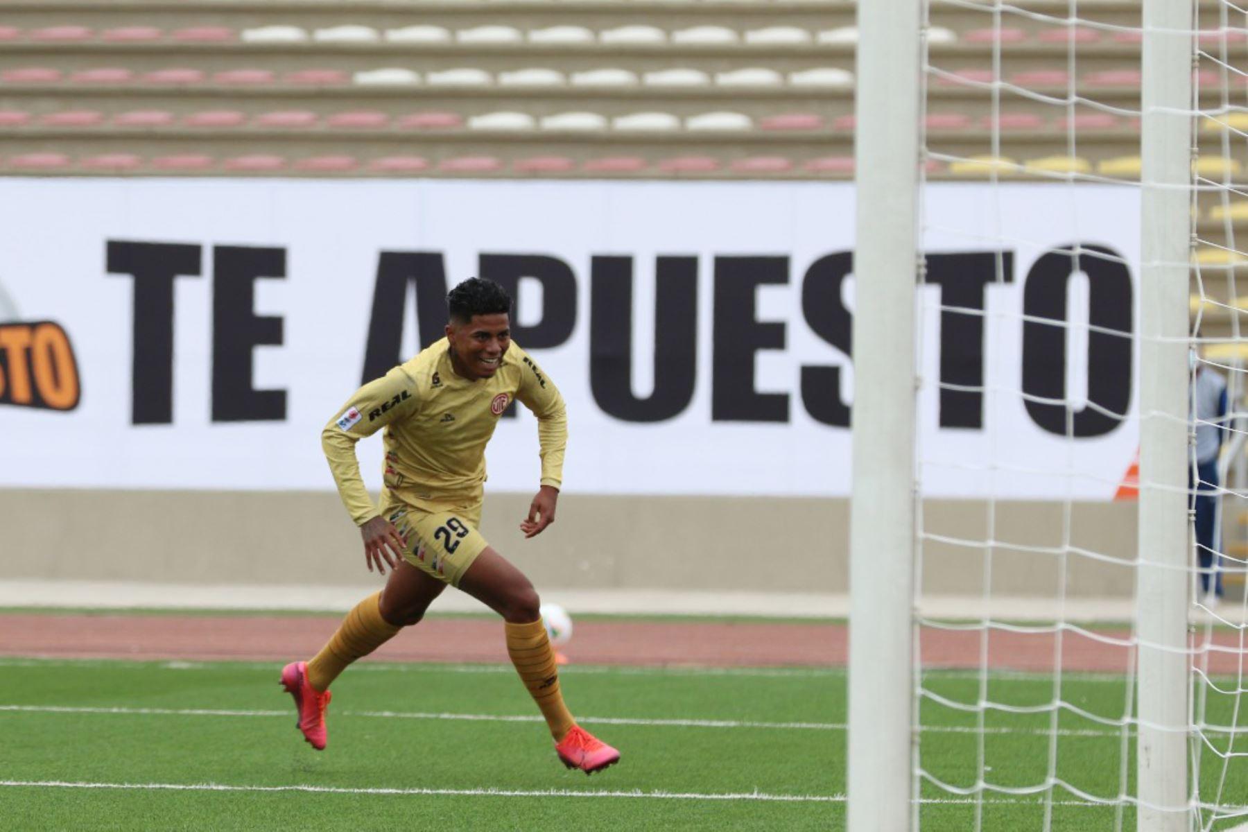 El futbolista  E. Ramirez  de  UTC, celebra su gol anotado  ante Cantolao, durante la jornada 12 de la Liga 1 que se disputa en el estadio San Marcos.  Foto: @LigaFutProf