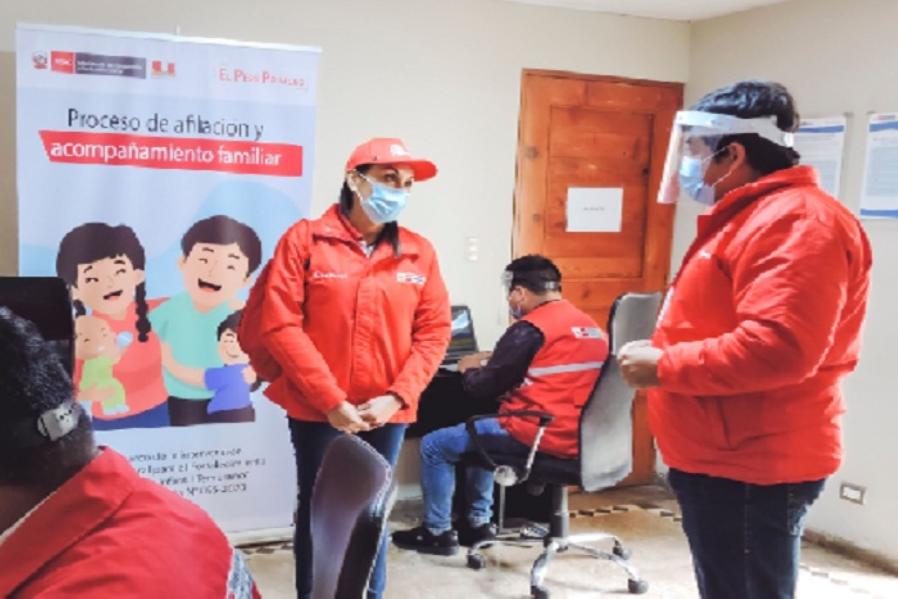 Ministra Patricia Donayre presenció en Mórrope la labor de promotores con hogares que tienen niñas y niños menores de 24 meses. Destacó que los programas sociales han incrementado sus intervenciones en el país para enfrentar a la pandemia.