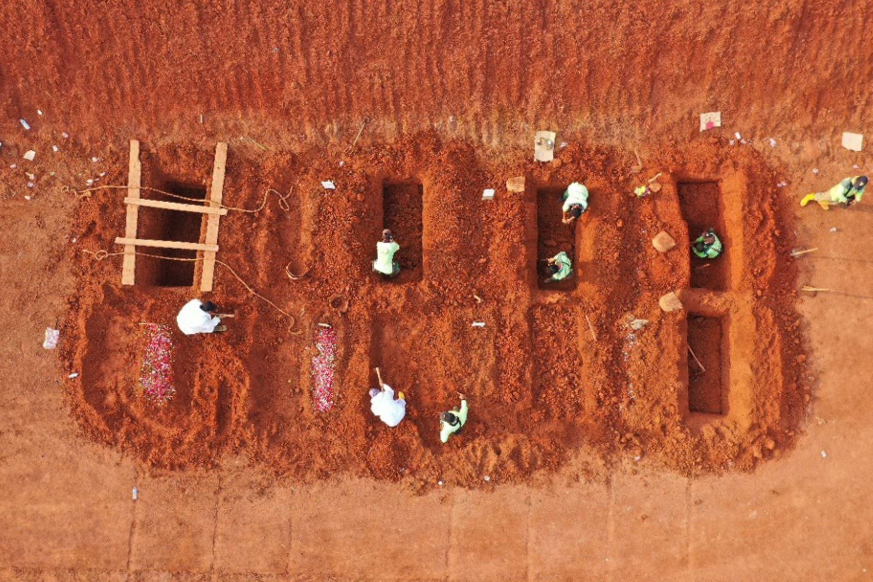 Algunos tienen que pasar castigos más escatológicos como 21 personas que tuvieron que limpiar el cementerio el pasado 25 de junio y otras 8 que fueron puestas a cavar tumbas el pasado 9 de septiembre. Foto: AFP