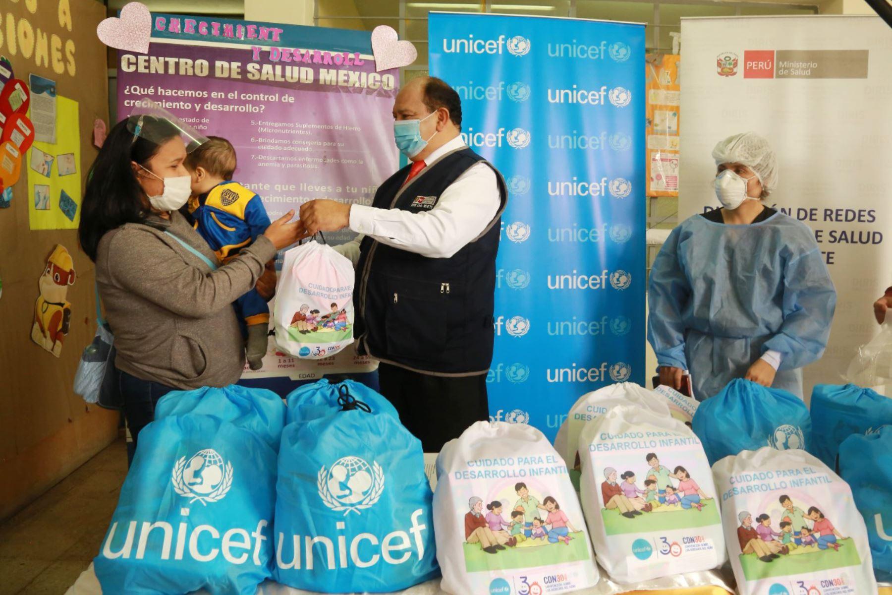 Los kits contienen información sobre protección y cuidado a gestantes y recién nacidos y kits lúdicos para favorecer el juego y comunicación entre los padres de familia y sus hijos. ANDINA/Unicef