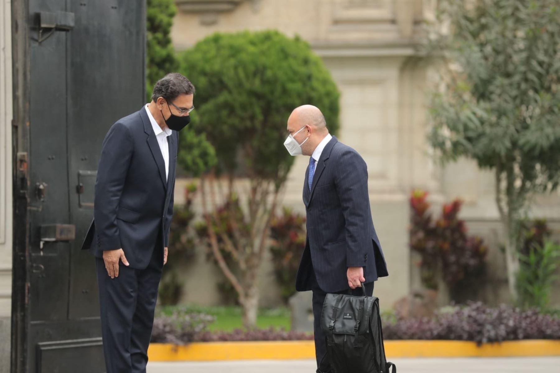 El presidente Martín Vizcarra acompaña hasta los exteriores de Palacio de Gobierno a su abogado, Roberto Pereira Chumbe, quien estará a cargo de su defensa legal en el proceso de vacancia que se realizará en el Congreso.