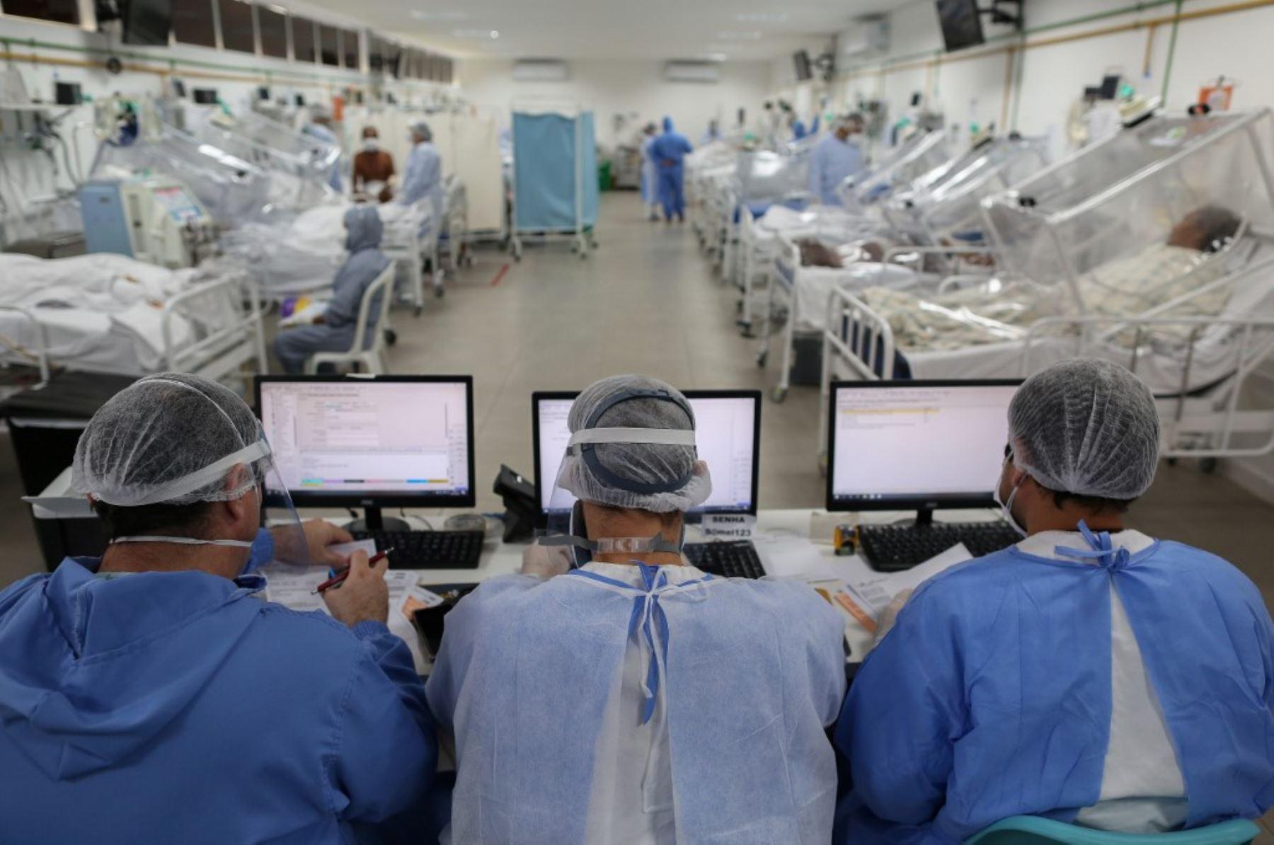 Un paciente infectado por el nuevo coronavirus covid-19 permanece conectado a un respirador artificial en la Unidad de Cuidados Intensivos del hospital Carlos Andrade Marín del IESS en Quito.Foto:AFP