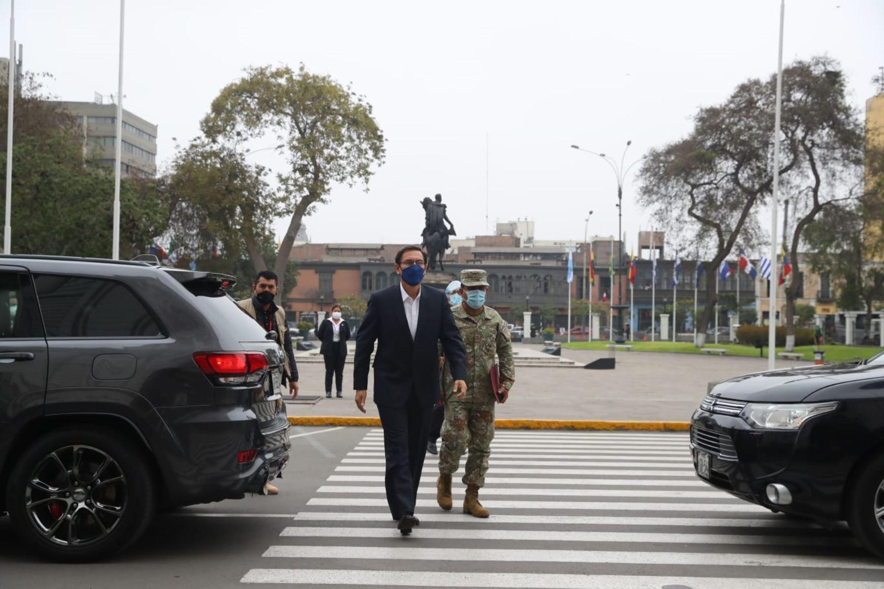 El presidente Martín Vizcarra acude al Congreso que debate la moción de vacancia presidencial. Foto: ANDINA/ Prensa Presidencia
