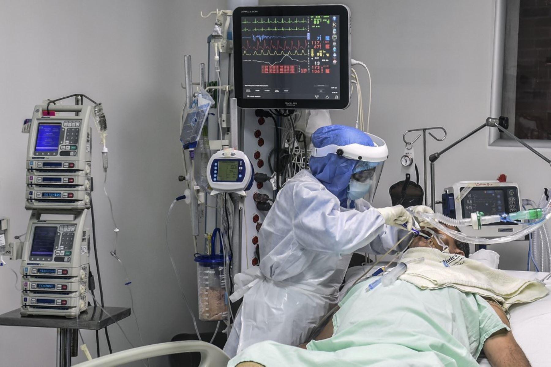 Una enfermera atiende a un paciente infectado por covid-19 en la Unidad de Cuidados Intensivos de la Clínica CES en Medellín, Colombia.Foto:AFP