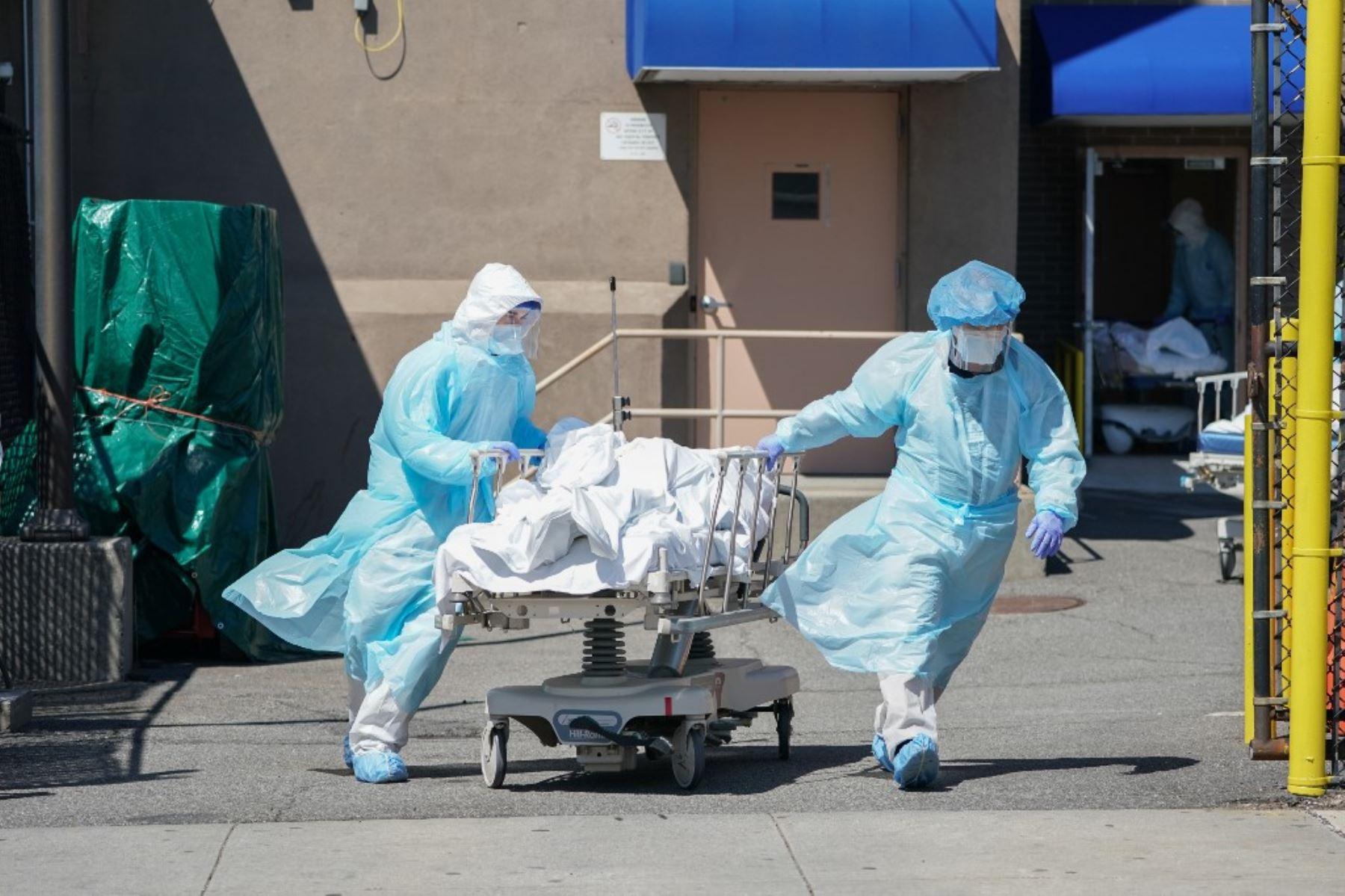 Los cuerpos de cadáveres por covid-19, se trasladan a un camión de refrigeración que sirve como depósito de cadáveres temporal en el Hospital Wyckoff en el distrito de Brooklyn en Nueva York. Foto:AFP