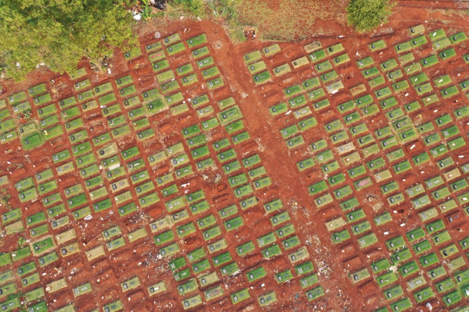 Foto tomada en Yakarta, muestra un cementerio de víctimas del coronavirus covid-19 en el cementerio de Pondok Ranggon en Yakarta capital de Indonesia.Foto:AFP