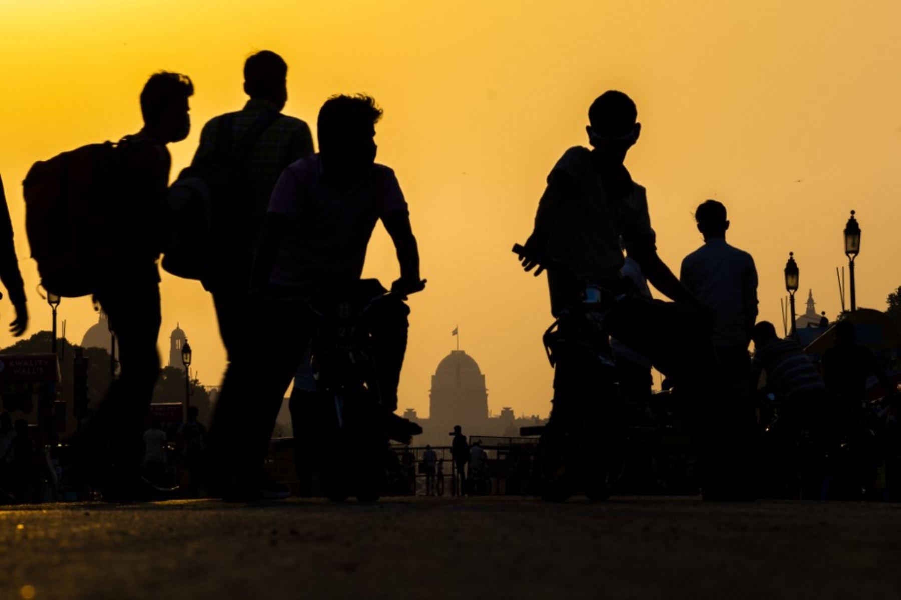 Los vendedores que usan mascarillas como medida preventiva contra el coronavirus covid-19 esperan a que los clientes alquilen sus bicicletas de juguete para paseos por la calle Rajpath cerca de la Puerta de la India en Nueva Delhi.Foto:AFP